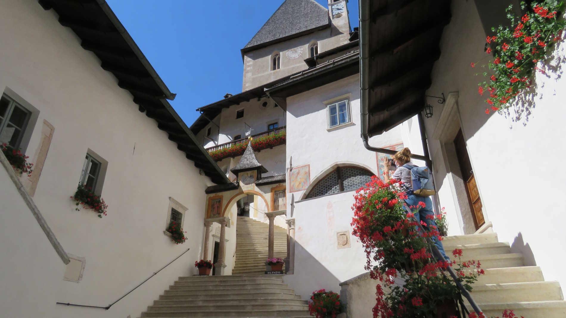 Nel Santuario di San Romedio, io dopo una passeggiata panoramica in Val di Non in Trentino