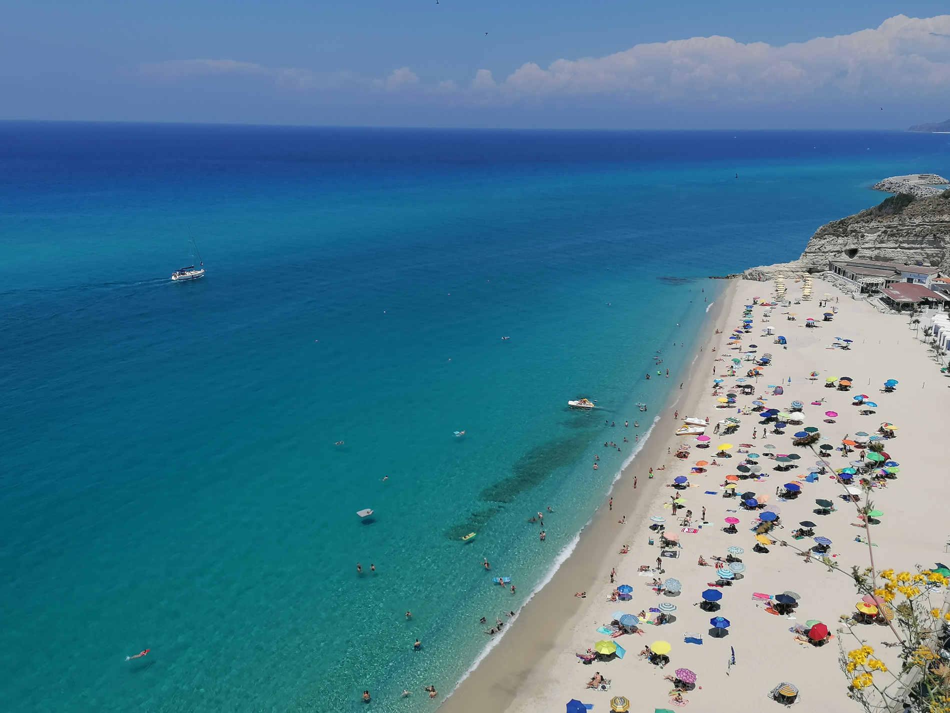 Spiaggia di Tropea vista dagli affacci a Tropea, cosa fare sulla Costa degli Dei Pronto Estate