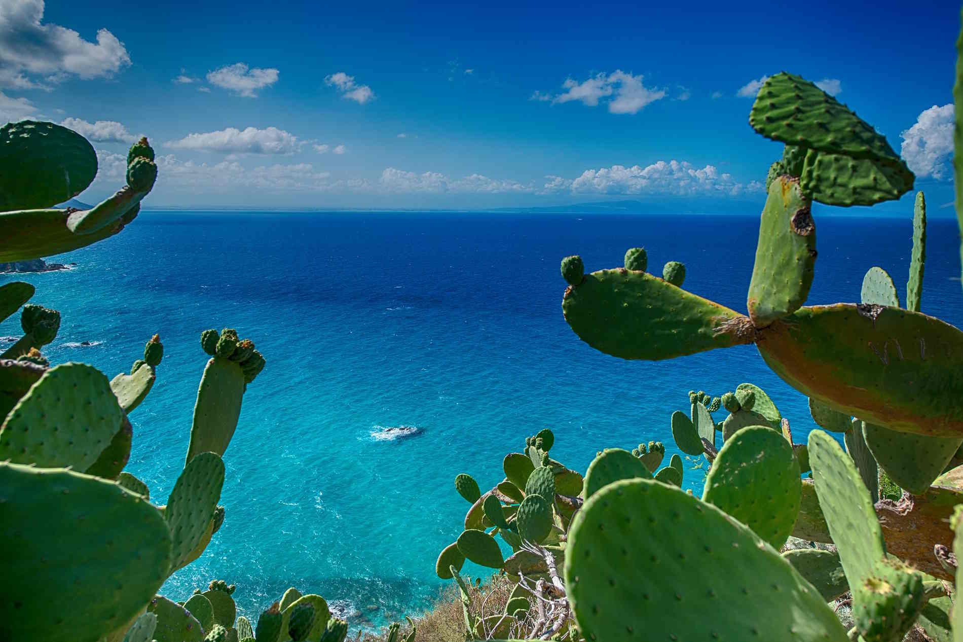 I colori del mare Tirreno sulla Costa degli Dei pronto Este Guida alle vacanze sulla Costa e a Tropea