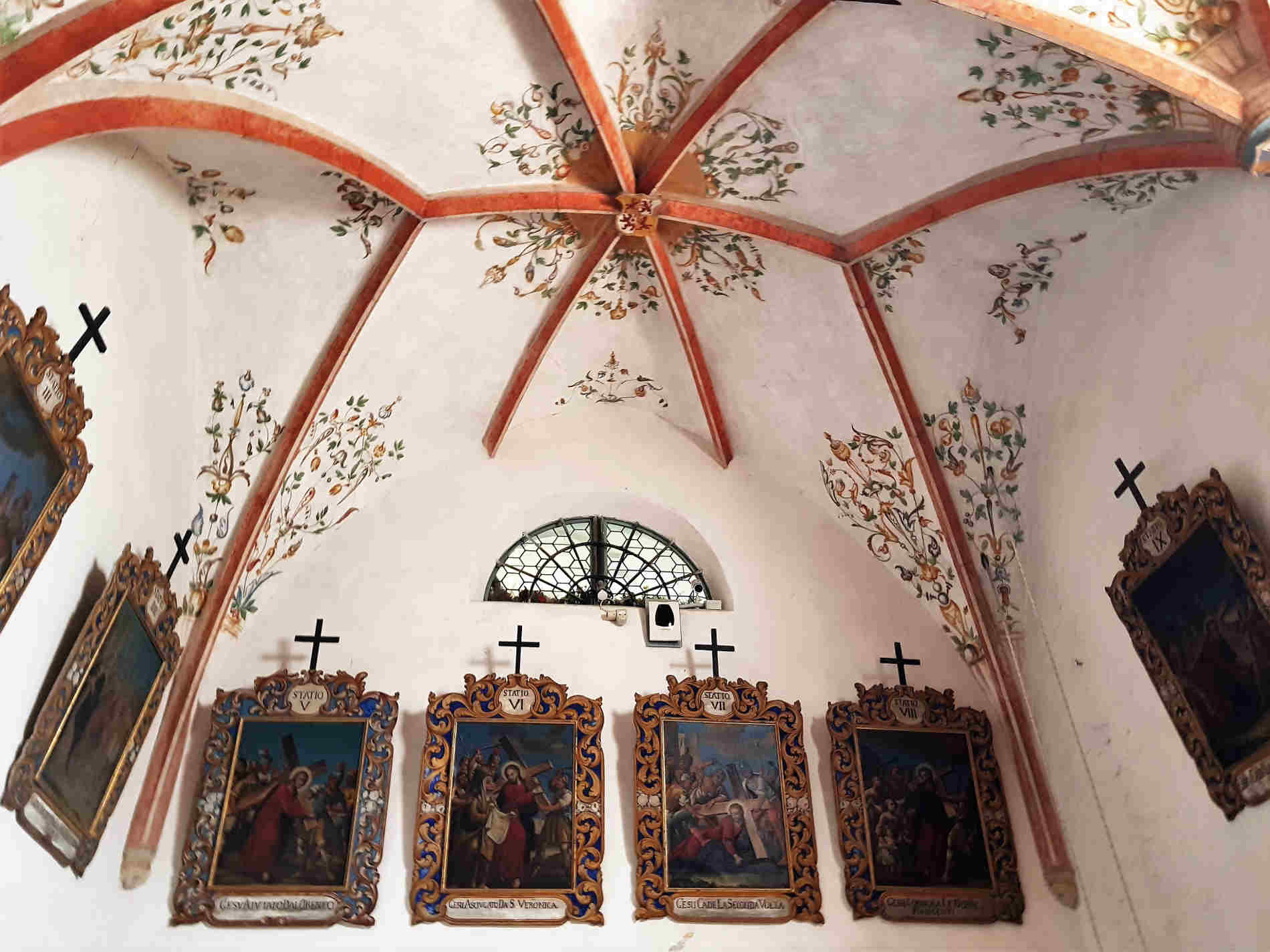 pareti e quadri nella Chiesetta di S. Michele Arcangelo.