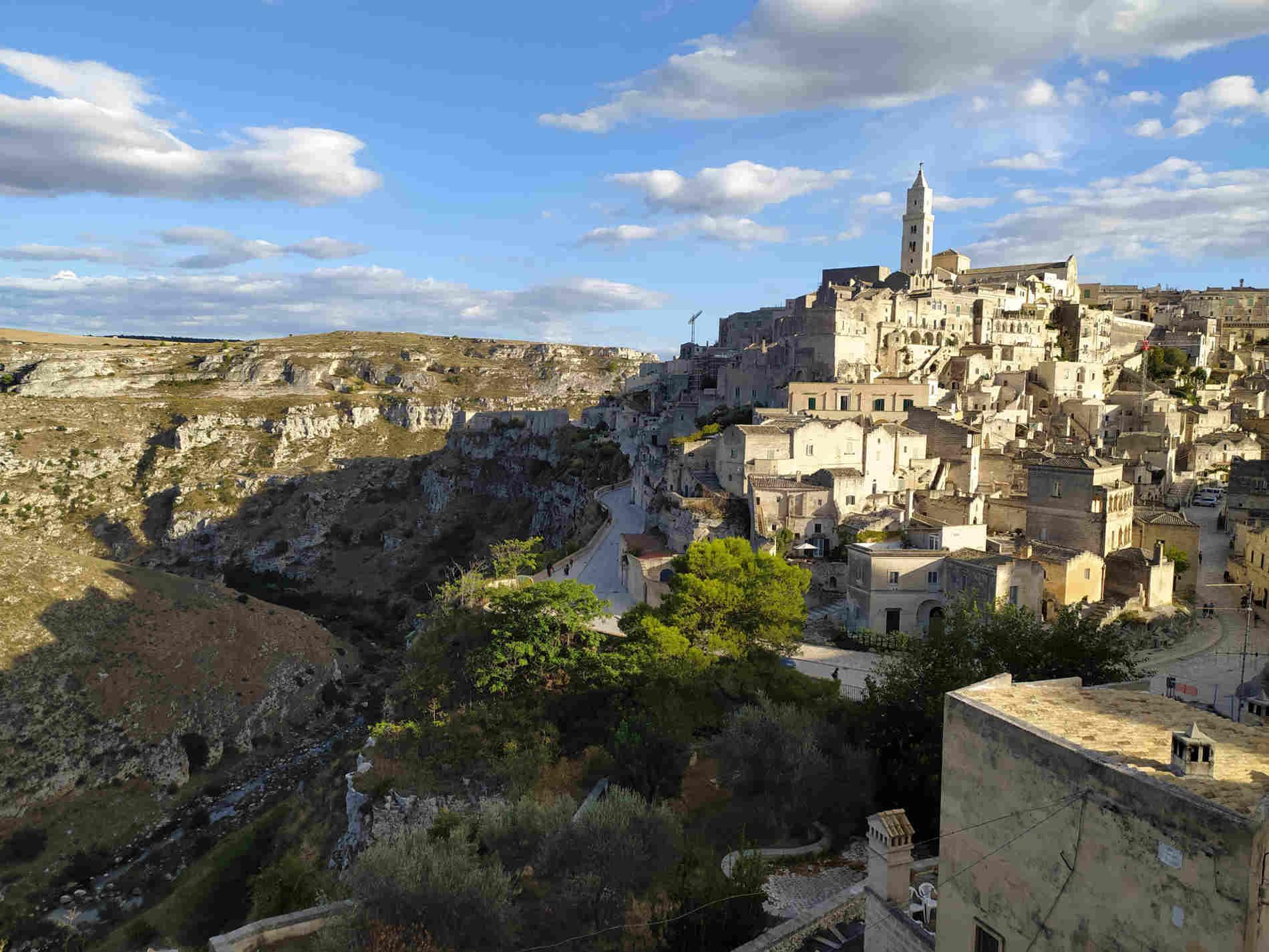 Vista sulla Gravina di Matera città dei Sassi e sulle abitazioni grotte