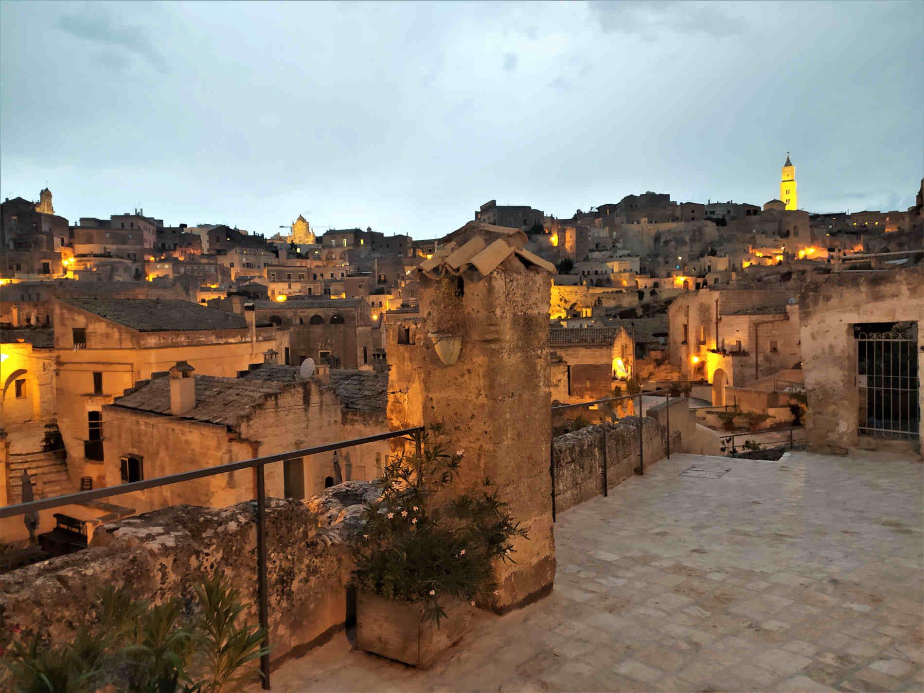 Panorama al tramonto sul Sasso Caveoso a Matera città dei sassi e delle acque guida ai misteri