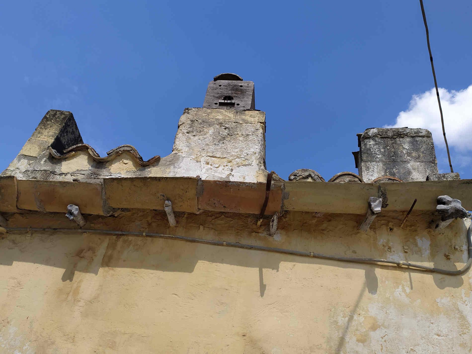 Grondaie sorrette da ossa di animali nei sassi di Matera