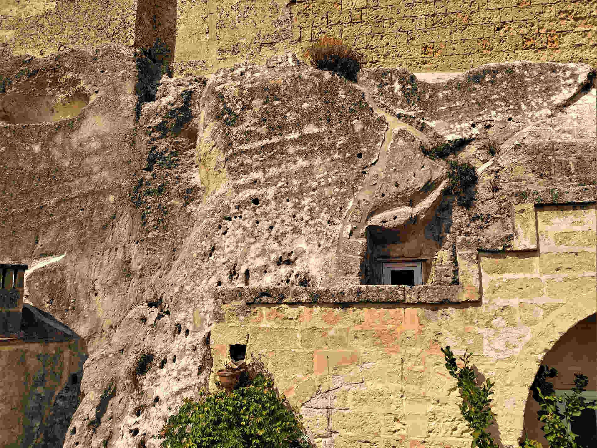Canalizzazioni per la raccolta delle acque sui muri e nella roccia dei Sassi