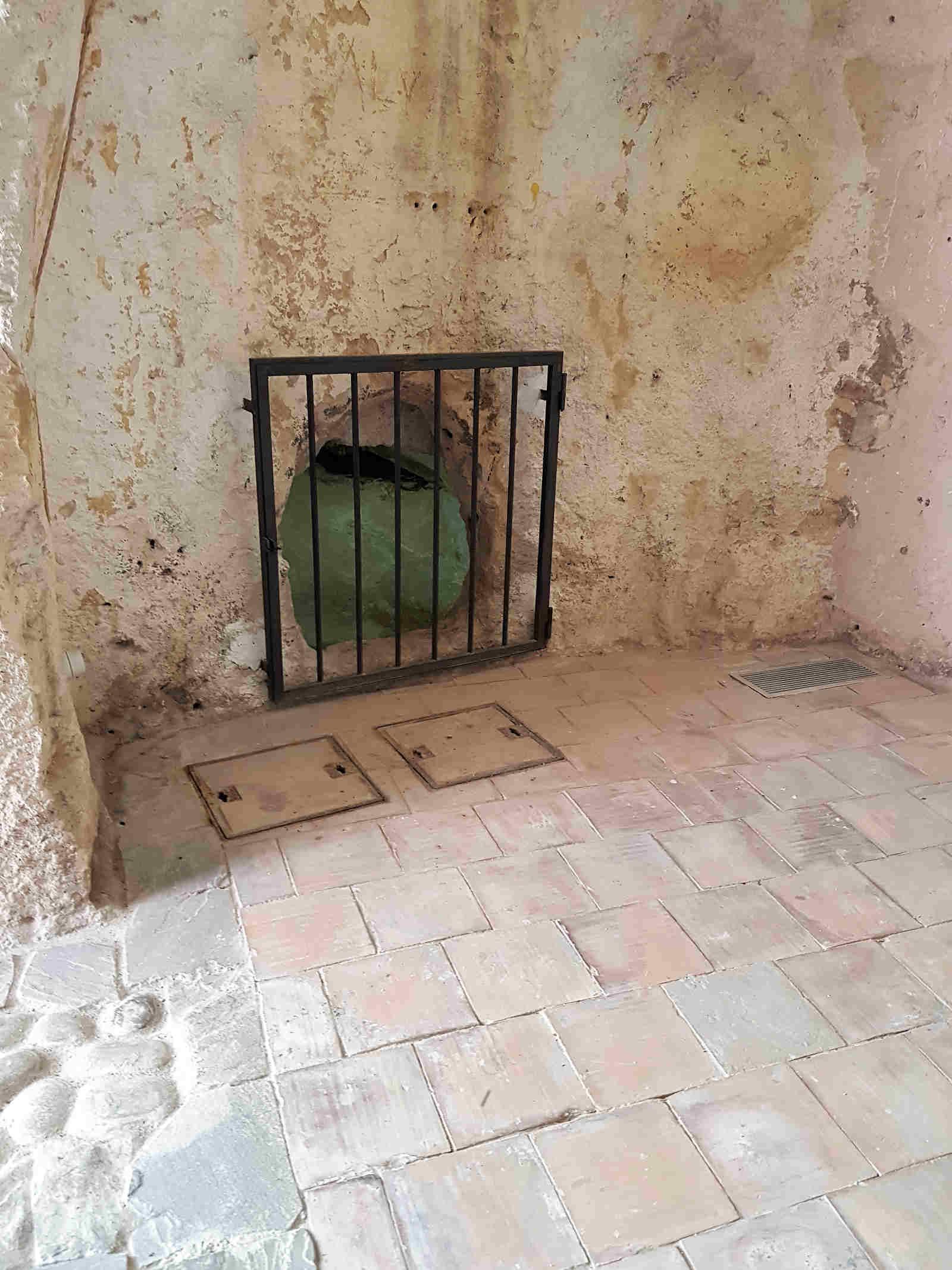 interno di una casa grotta in un vicinato a pozzo a Matera, città dei Sassi