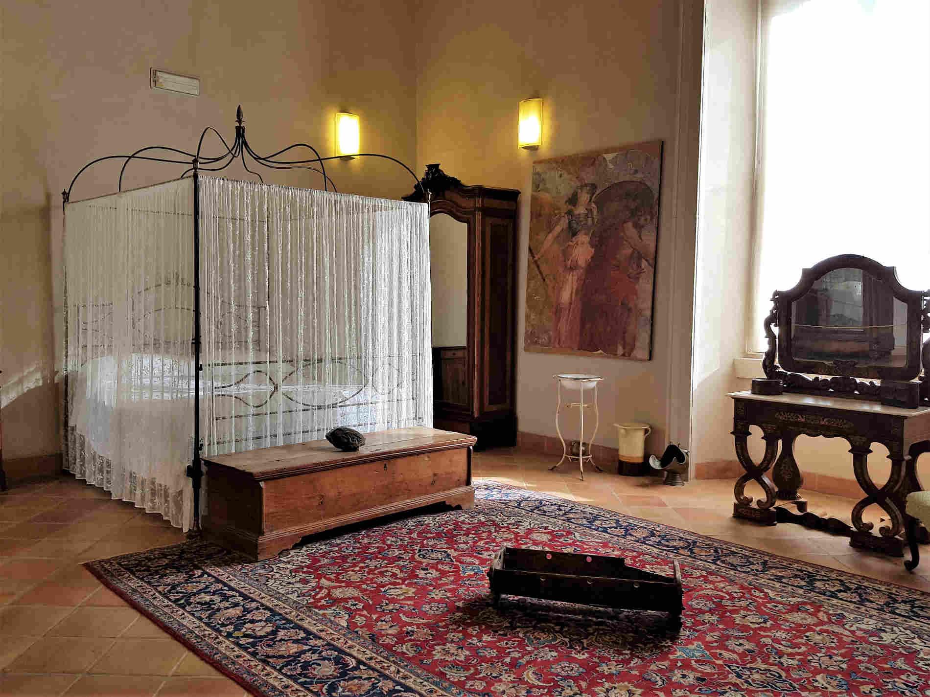 Camera da letto della Baronessa e culla sul tappeto Visitare il Castello Ducale di Corigliano Calabro - Camera da letto della Baronessa e culla sul tappeto