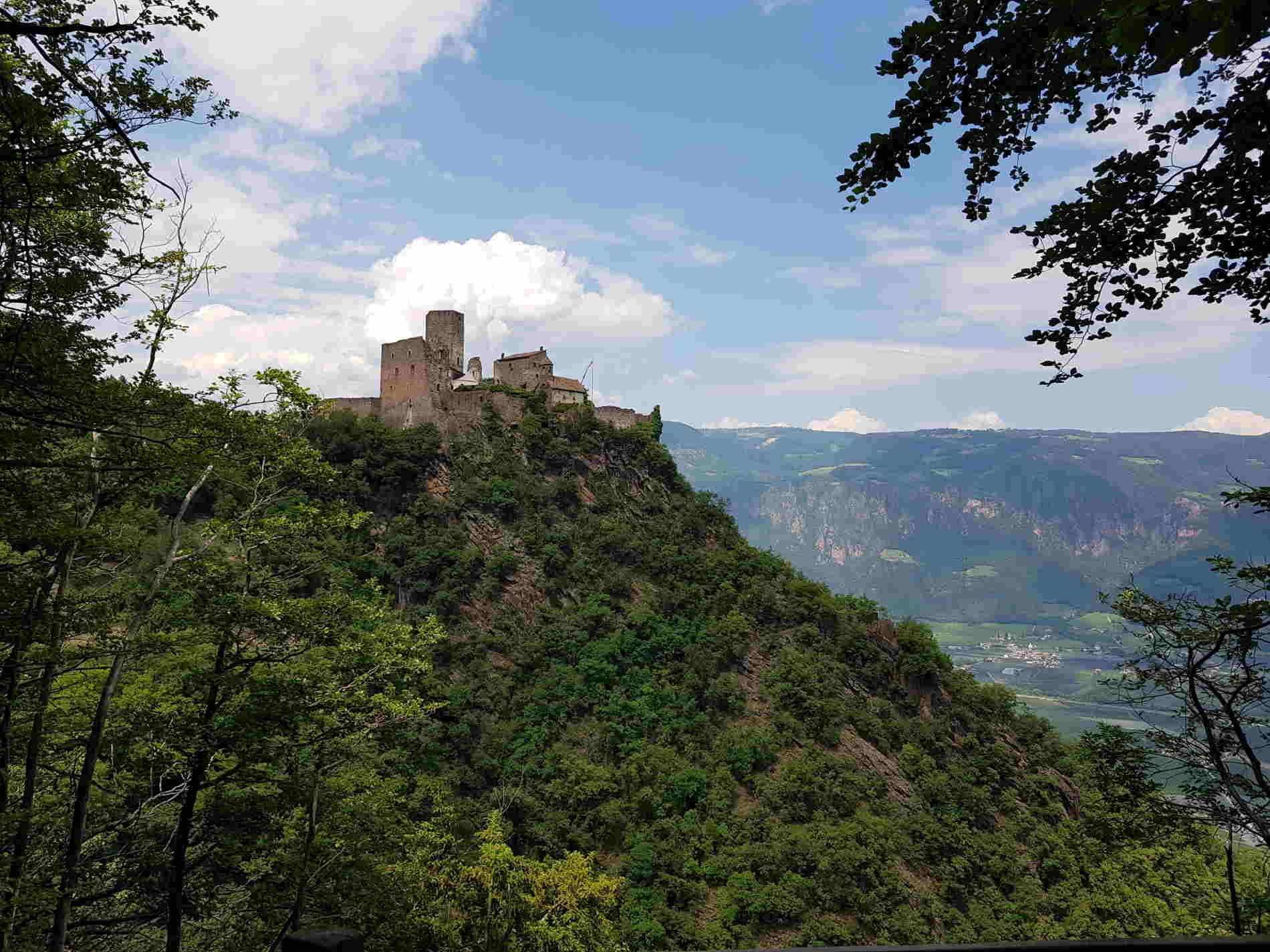 Vista su Castel Appiano durante la camminata ai 3 Castelli di Appiano