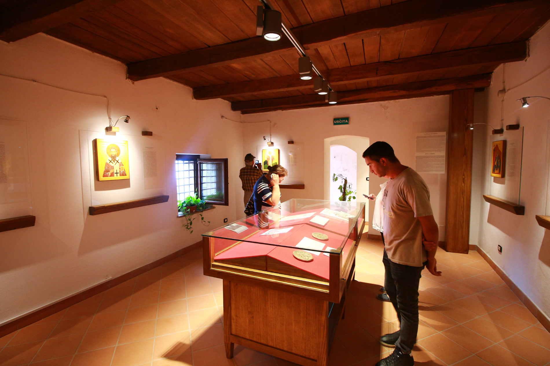 Interno del Museo dei Santi Italo Greci a Staiti, fra le cose da vedere nel Borgo