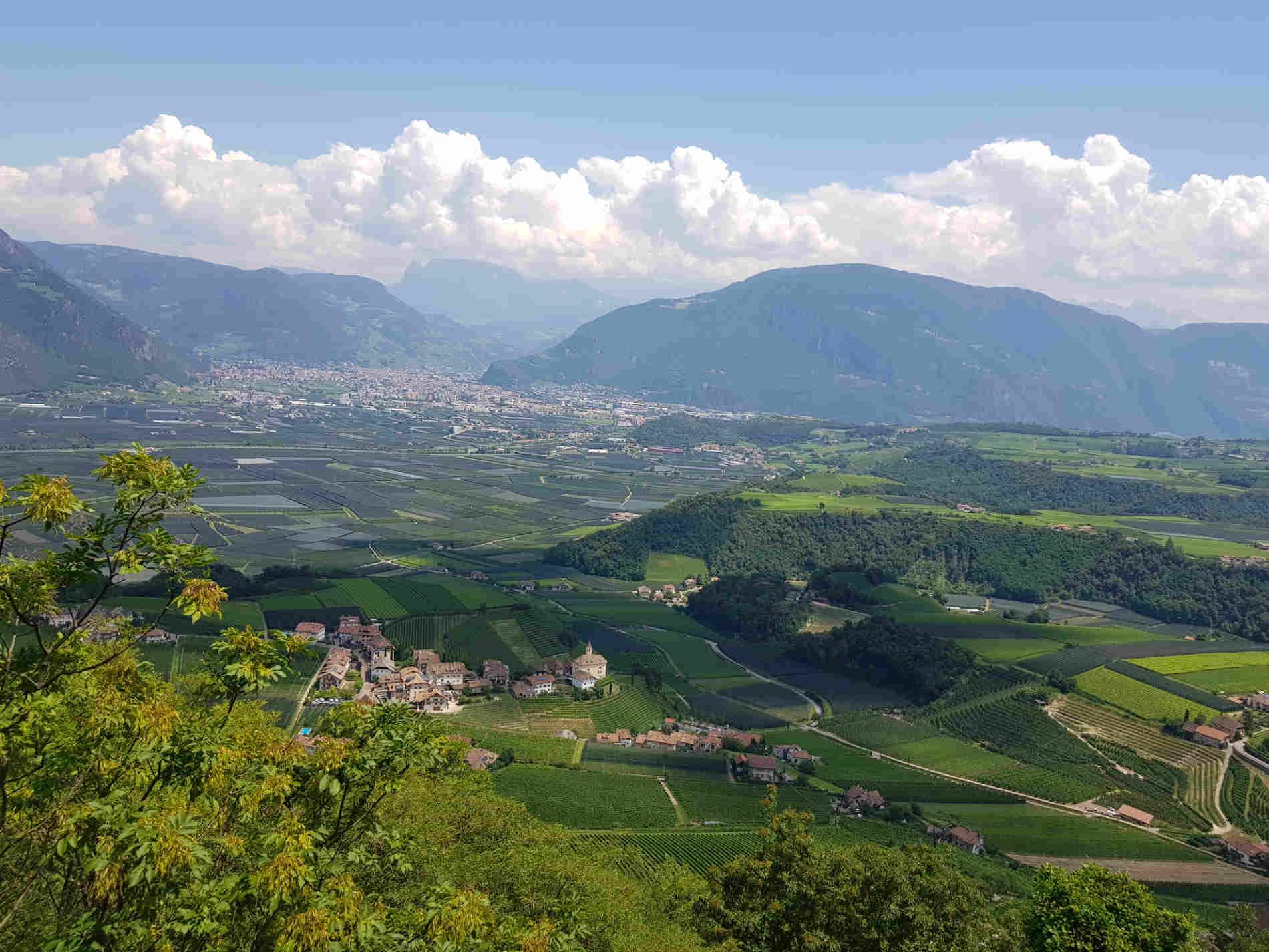 Panorama da Castel Boymont sulla conca di Bolzano e la Strada del Vino di Appiano Vista durante la passeggiata ai 3 Castelli di Appiano