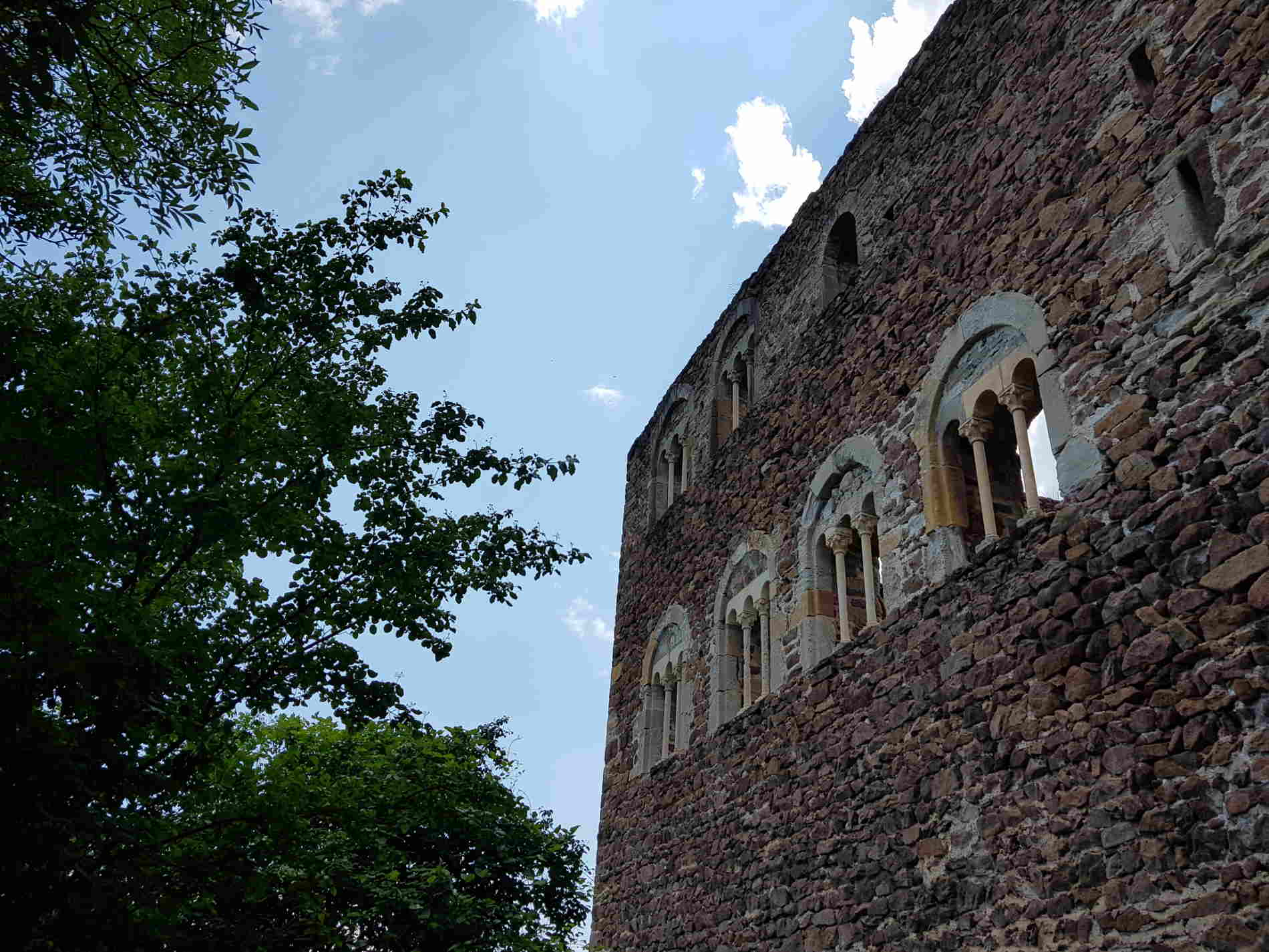 Parete con trifore a Castel Boymont Passeggiata ai 3 Castelli di Appiano in Alto Adige