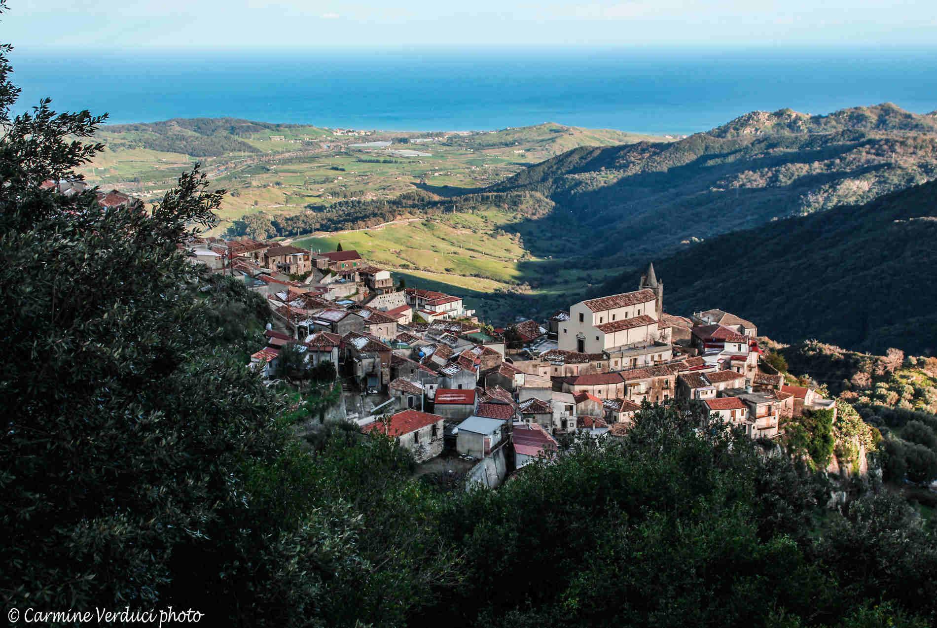 Panorama dall'alto del Borgo di Staiti e il Mar Jonio