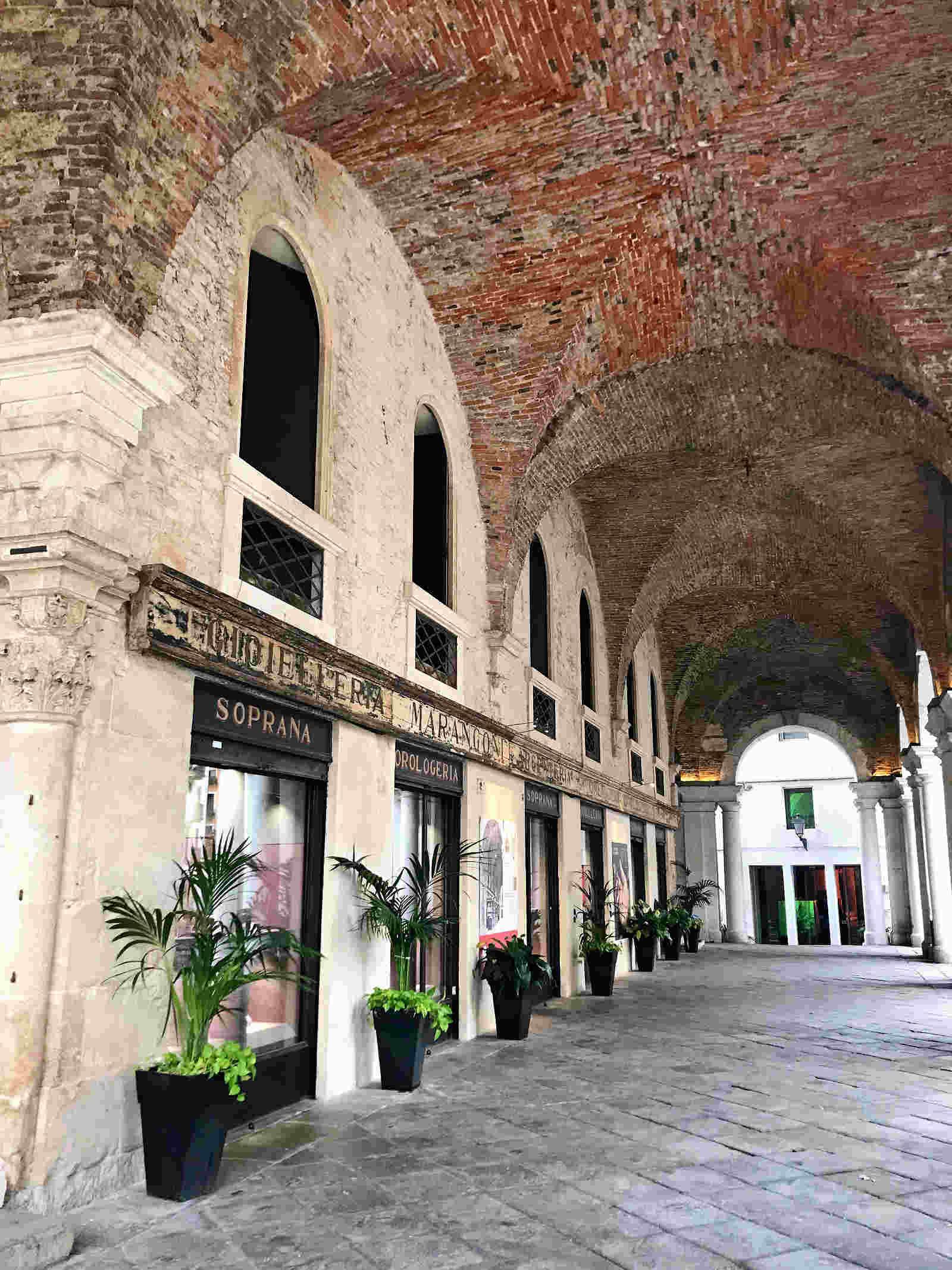 portici nel centro storico di Vicenza veneto italia sito UNESCO italiano