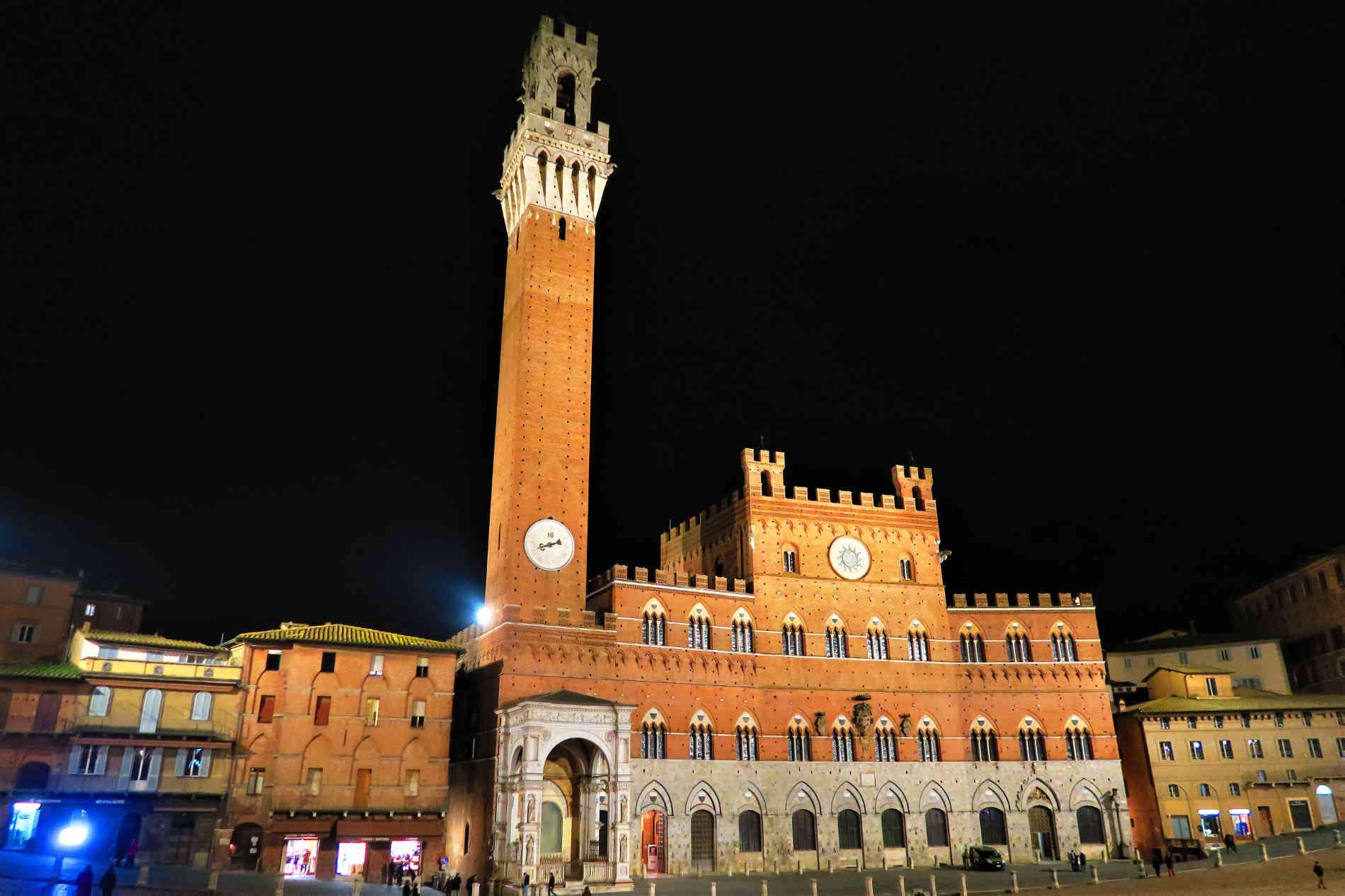 Piazza del Campo in notturna a Siena siti Unesco italiani