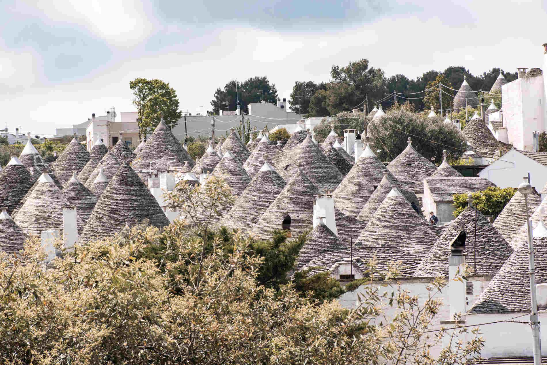 Panorama dei tetti dei trulli ad Alberobello sito UNESCO in Italia