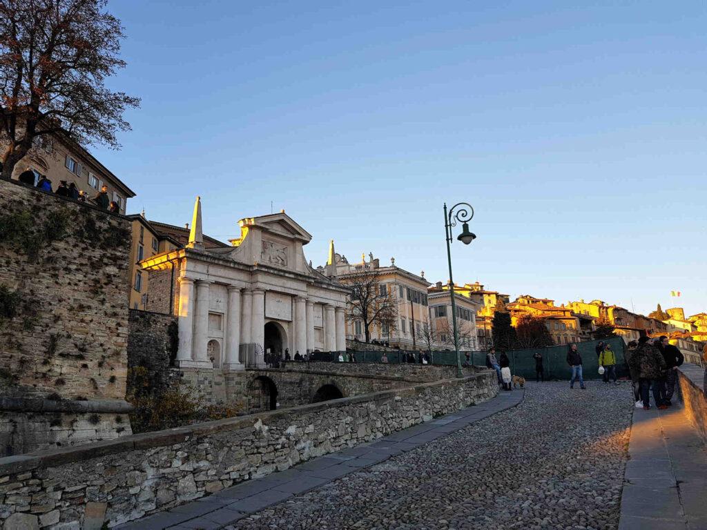 Passeggiata sulle mura di Città Alta a Bergamo patrimonio UNESCO Porta San Giacomo