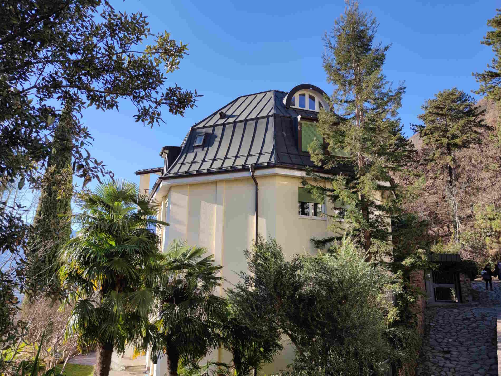 edificio residenziale lungo la passeggiata del Guncina a Bolzano alto Adige Italia
