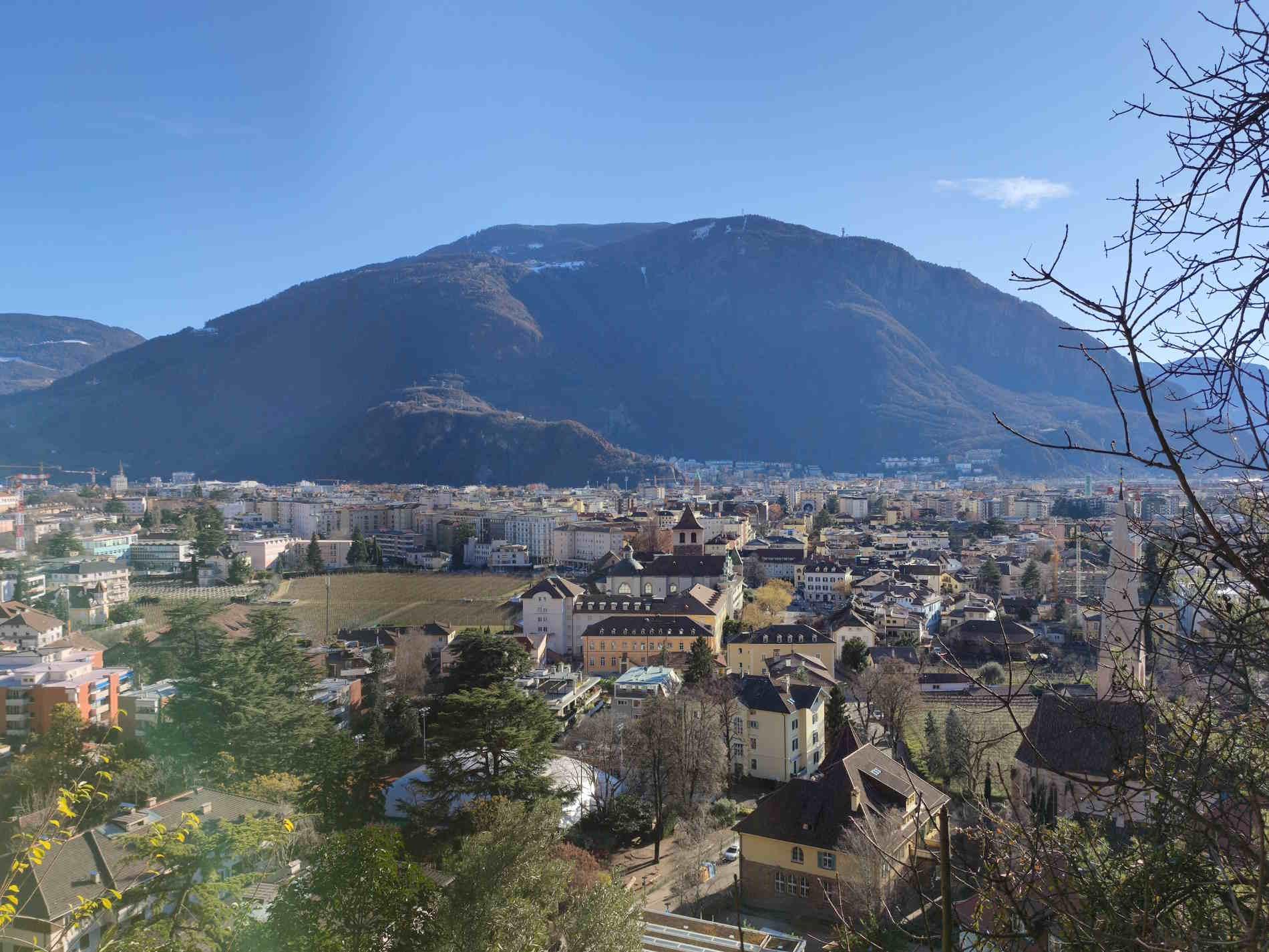 Panorama su Bolzano dalla passeggiata lungo il Guncina a Bolzano, Italia, Alto Adige