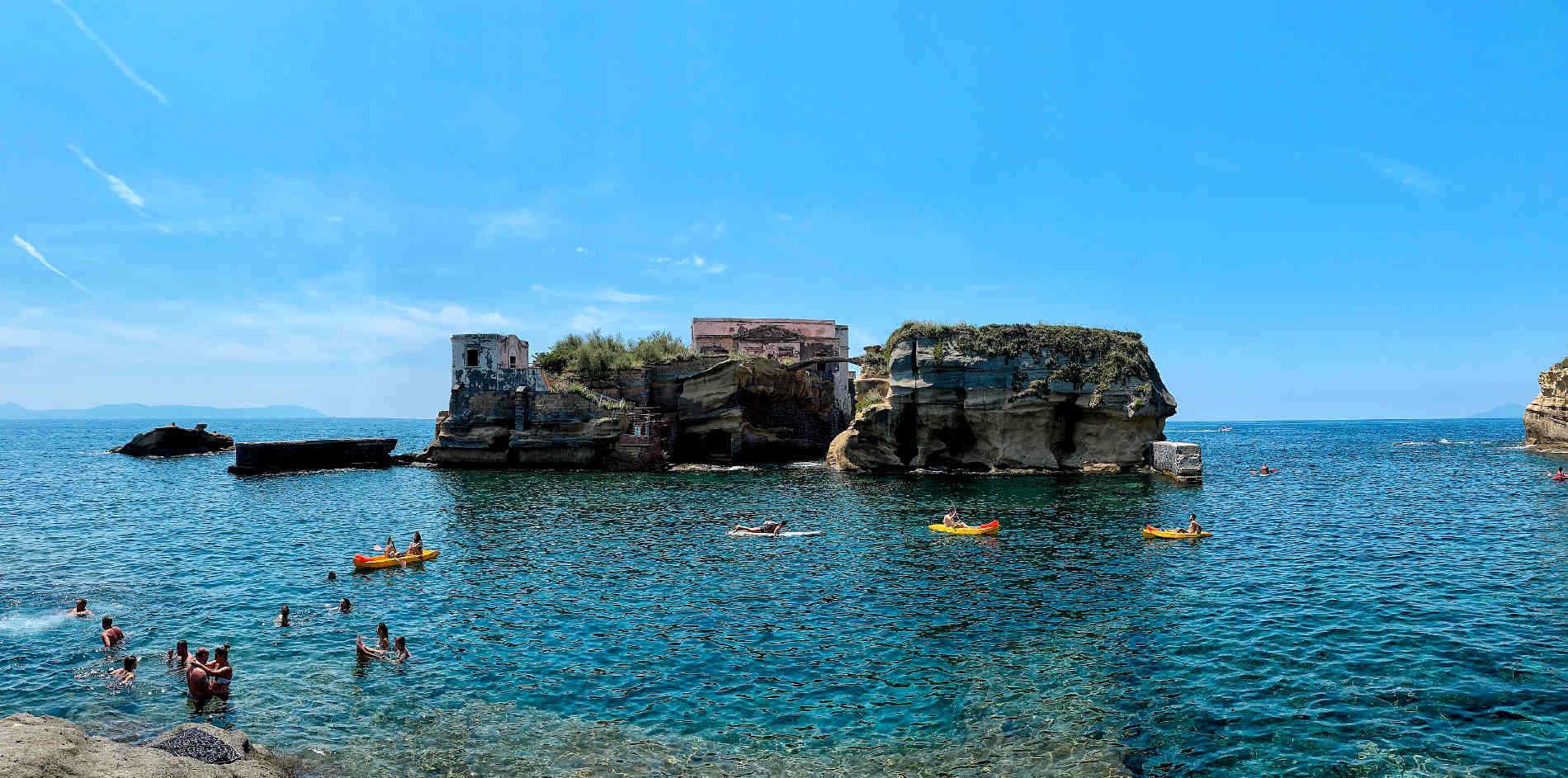 Panorama dalla Spiaggia della Gaiola a Napoli Campania fra le spiagge panoramiche in Italia