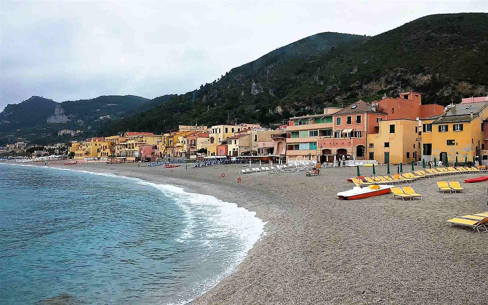 spiaggia di Varigotti e la Baia dei Saraceni in Liguria Italia