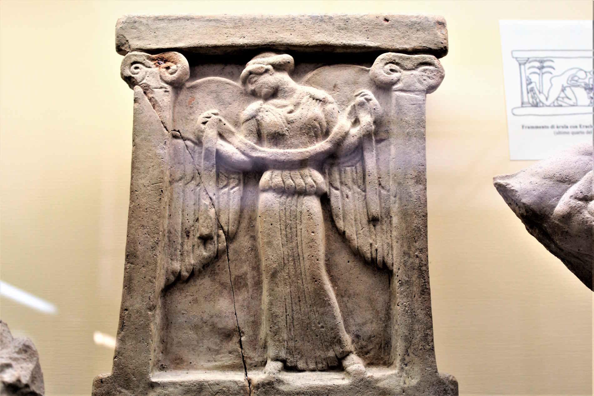 altarino fittile con la Nike alata a Locri Epizefiri