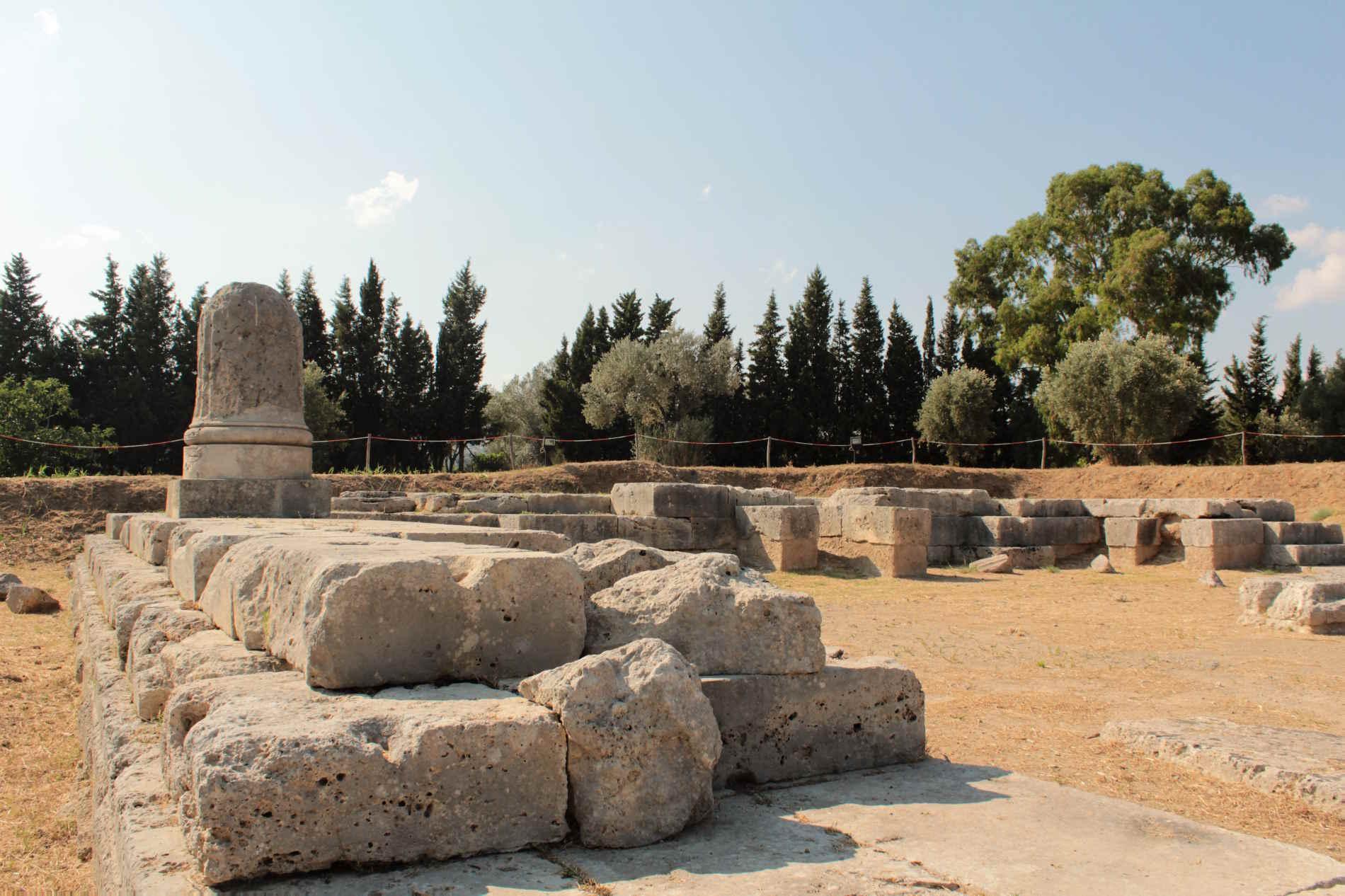 tempio ionico di Marasà Parco Archeologico di Locri Epizefiri in provincia di Reggio Calabria