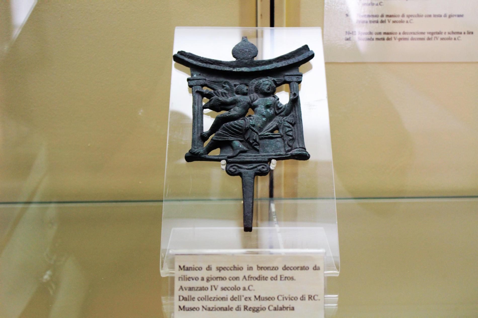 Manico di specchio in bronzo risalente alla Magna Grecia rinvenuto Parco Archeologico di Locri Epizefiri in provincia di Reggio Calabria