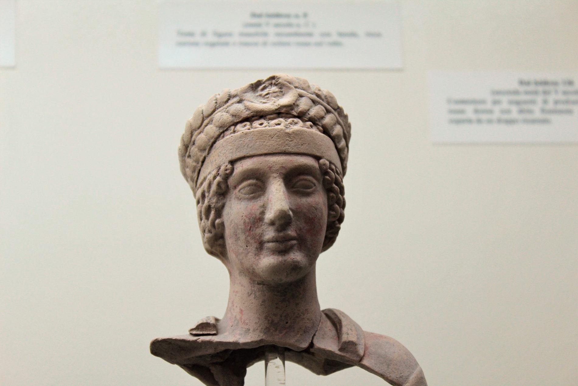 testa di statua risalente alla Magna Grecia nel Parco Archeologico di Locri Epizefiri in provincia di Reggio Calabria
