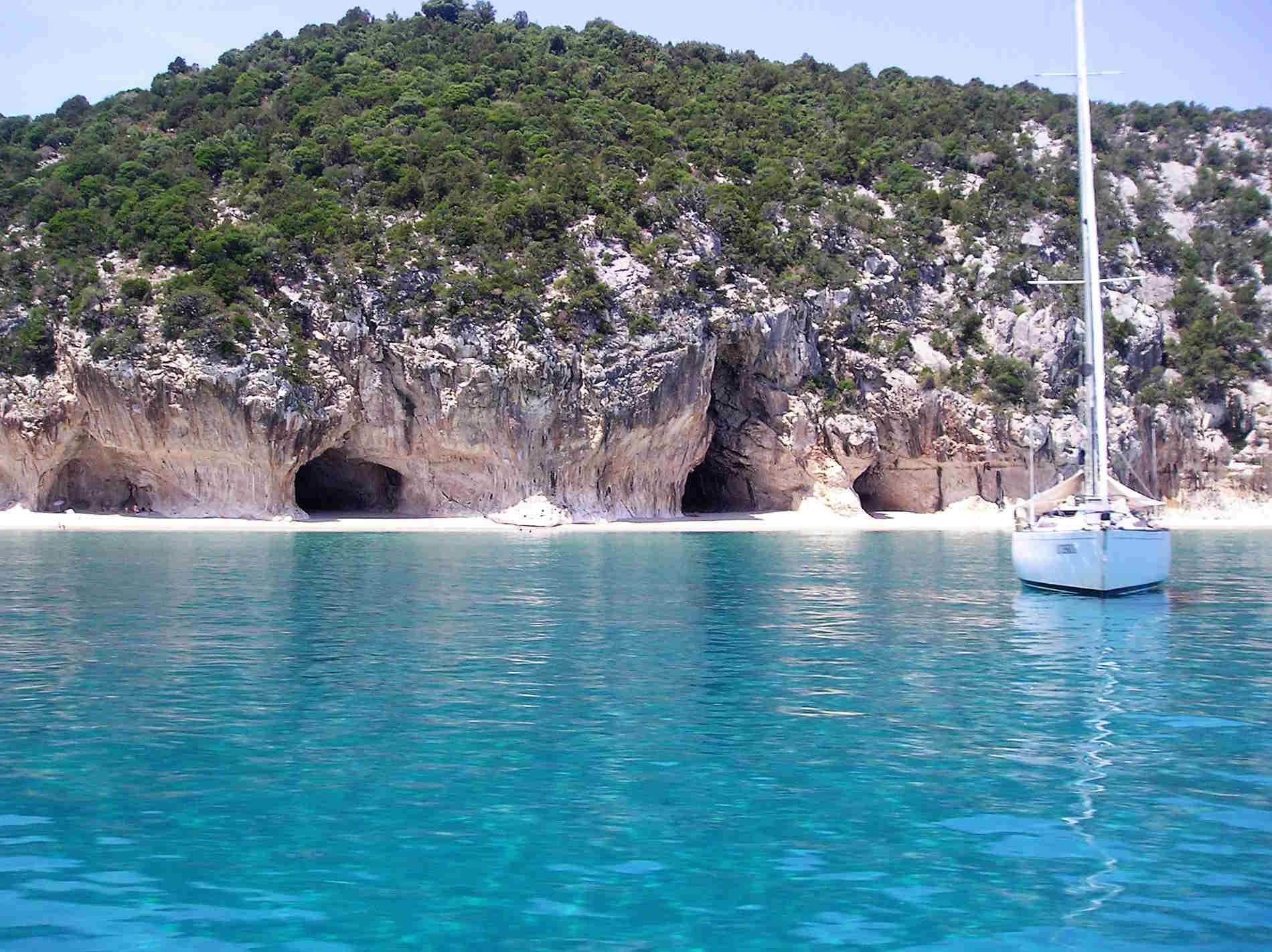 spiaggia di Cala Luna in Sardegna vista dal Mare spiagge fra le più belle in Italia