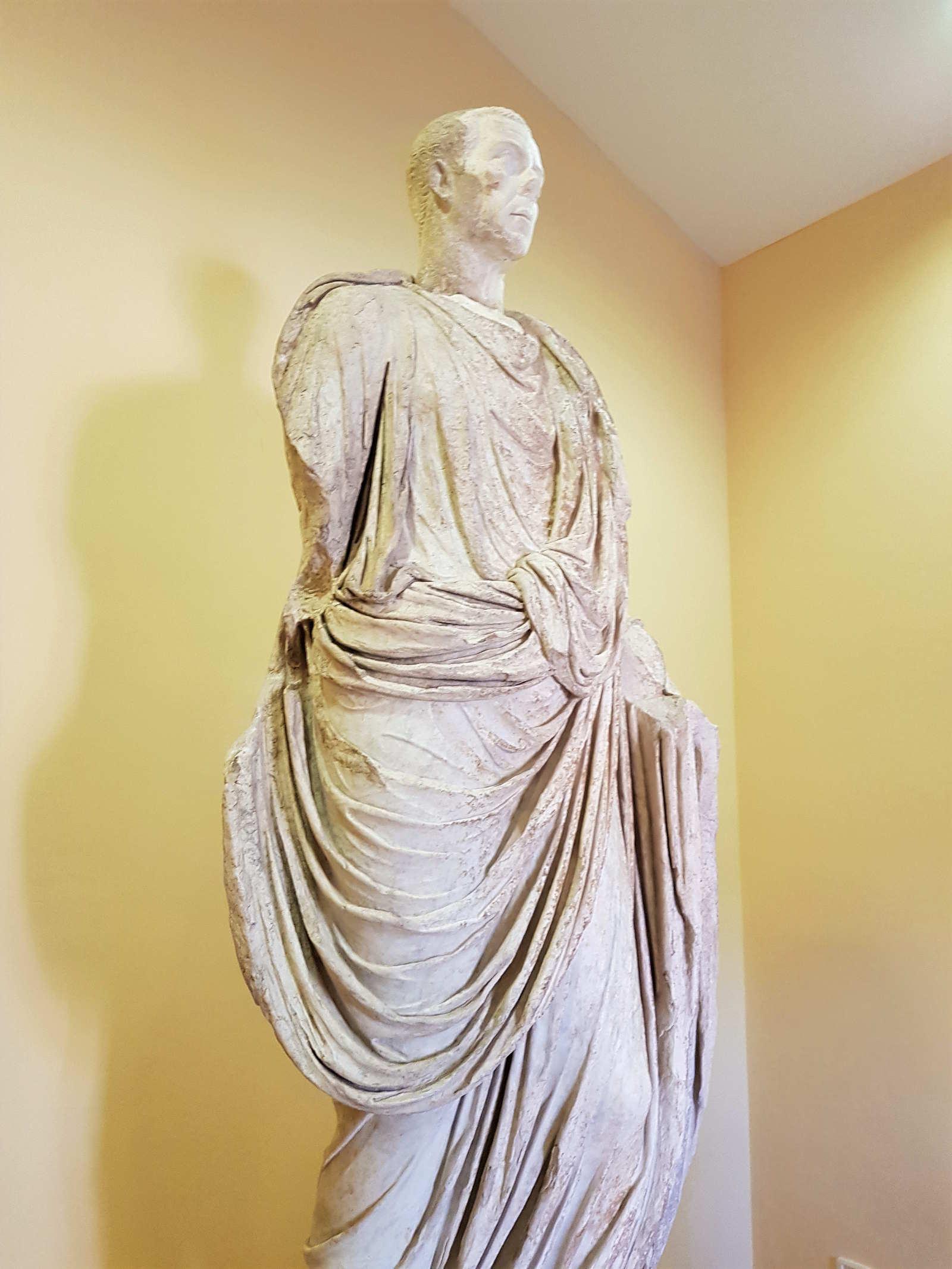 Statua del Togato di Petrara nel Casino Macrì epoca romana nel sito di Locri Epizefiri