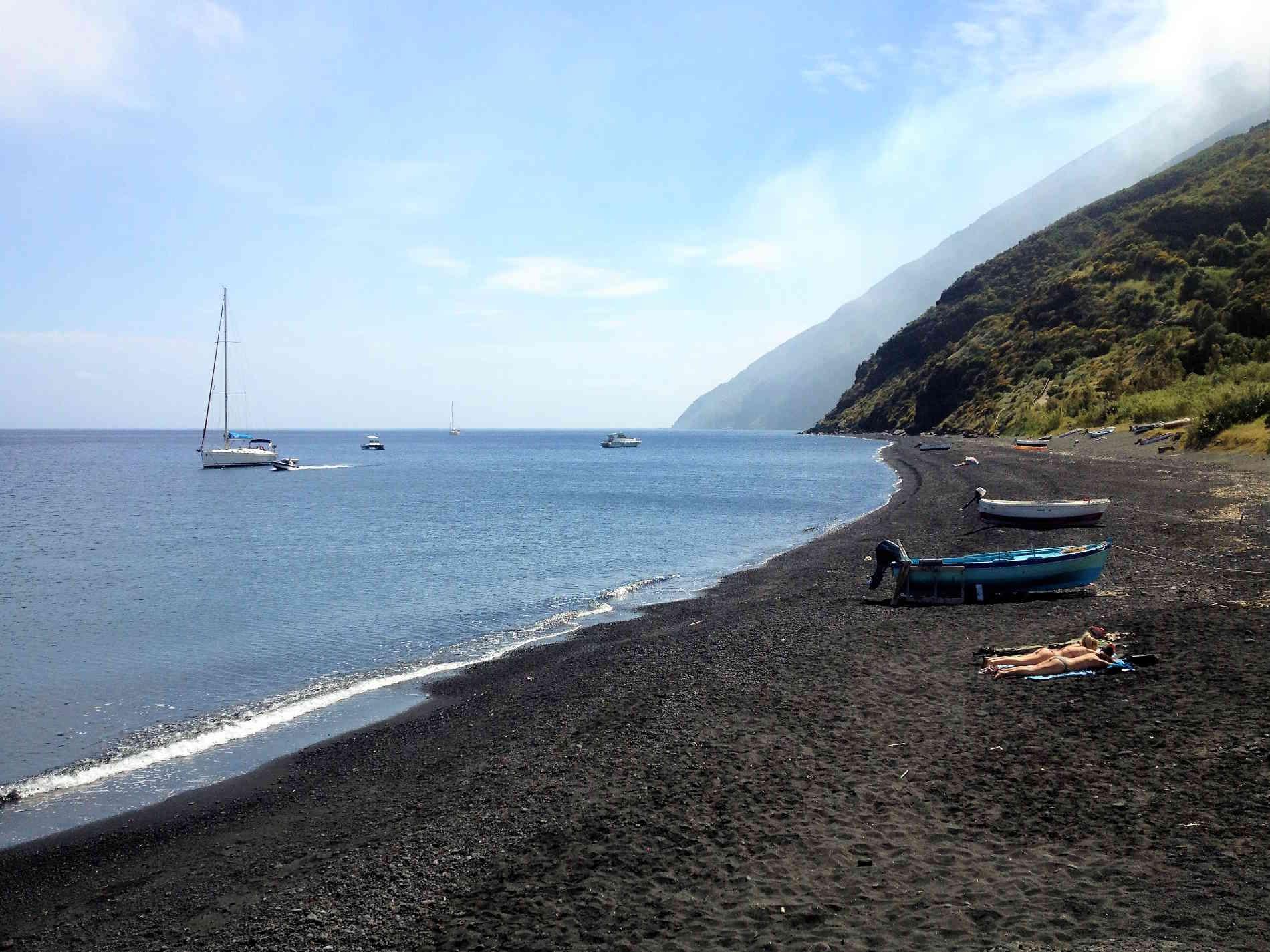 La spiaggia di sabbia nera a Stromboli Isole Eolie Patrimonio UNESCO Sicilia