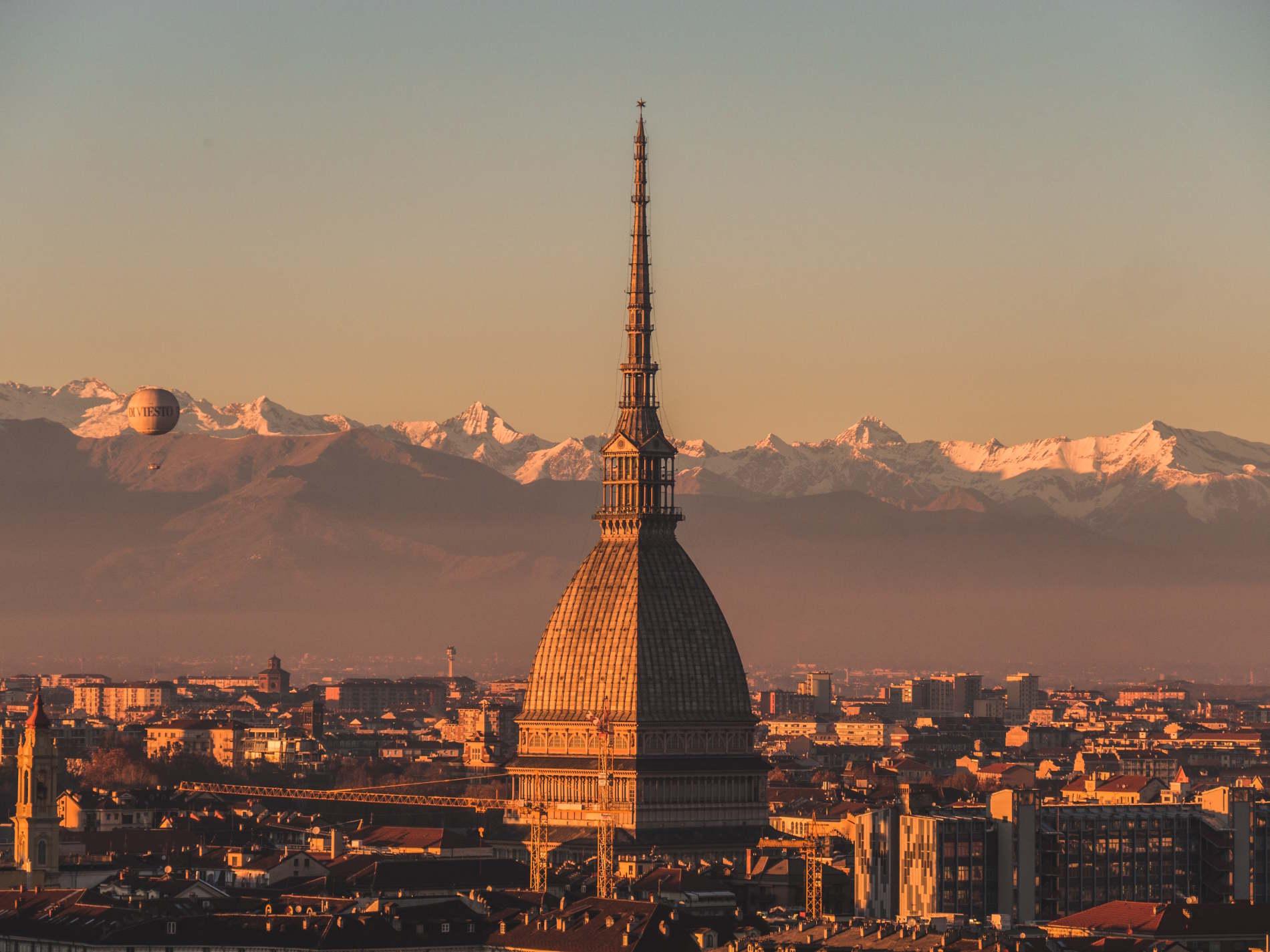 Simboli di Torino Panorama della Mole Antonelliana di Torino con lo sfondo delle Alpi innevate