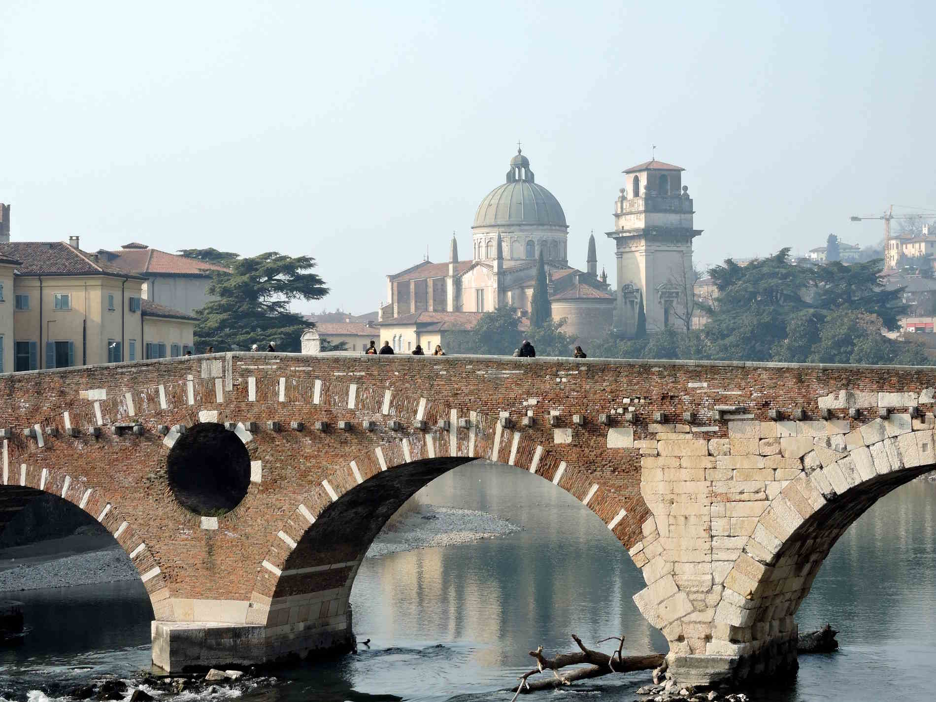 Il ponte di pietra sull'Adige a Verona panorami