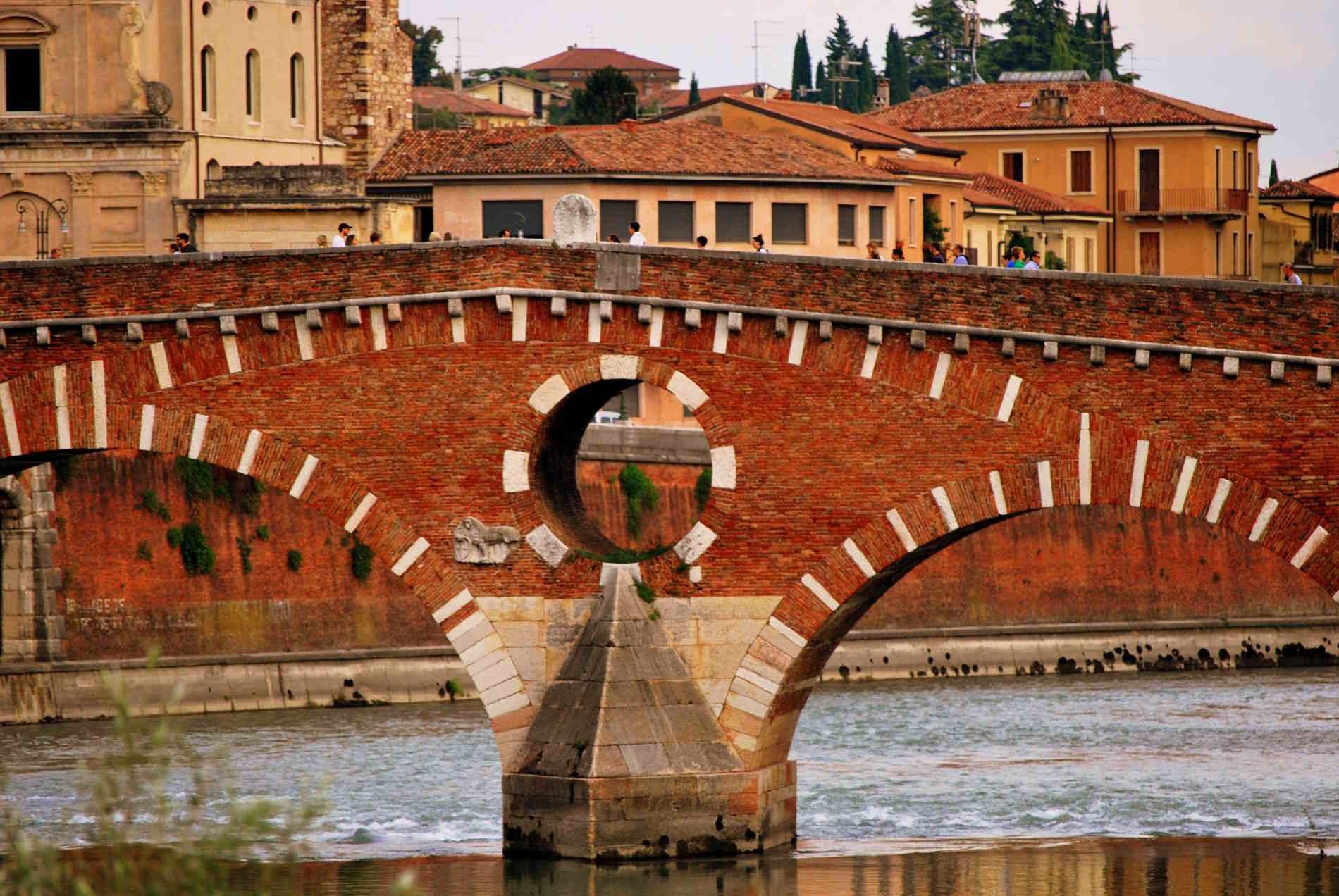 Particolari del ponte sull'Adige a Verona