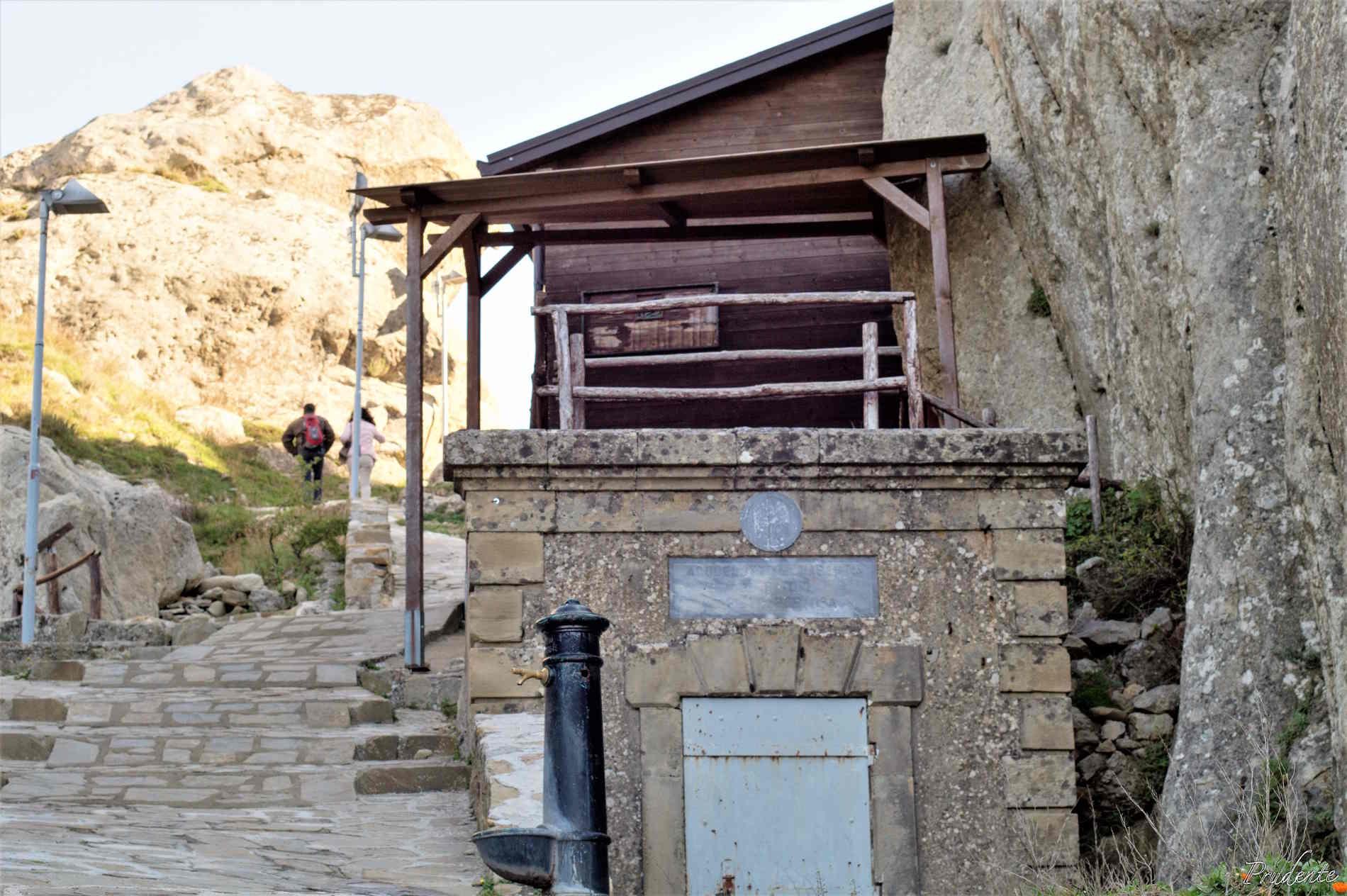 Borghi imperdibili da visitare in Basilicata Sentiero verso il Castello di Pietrapertosa