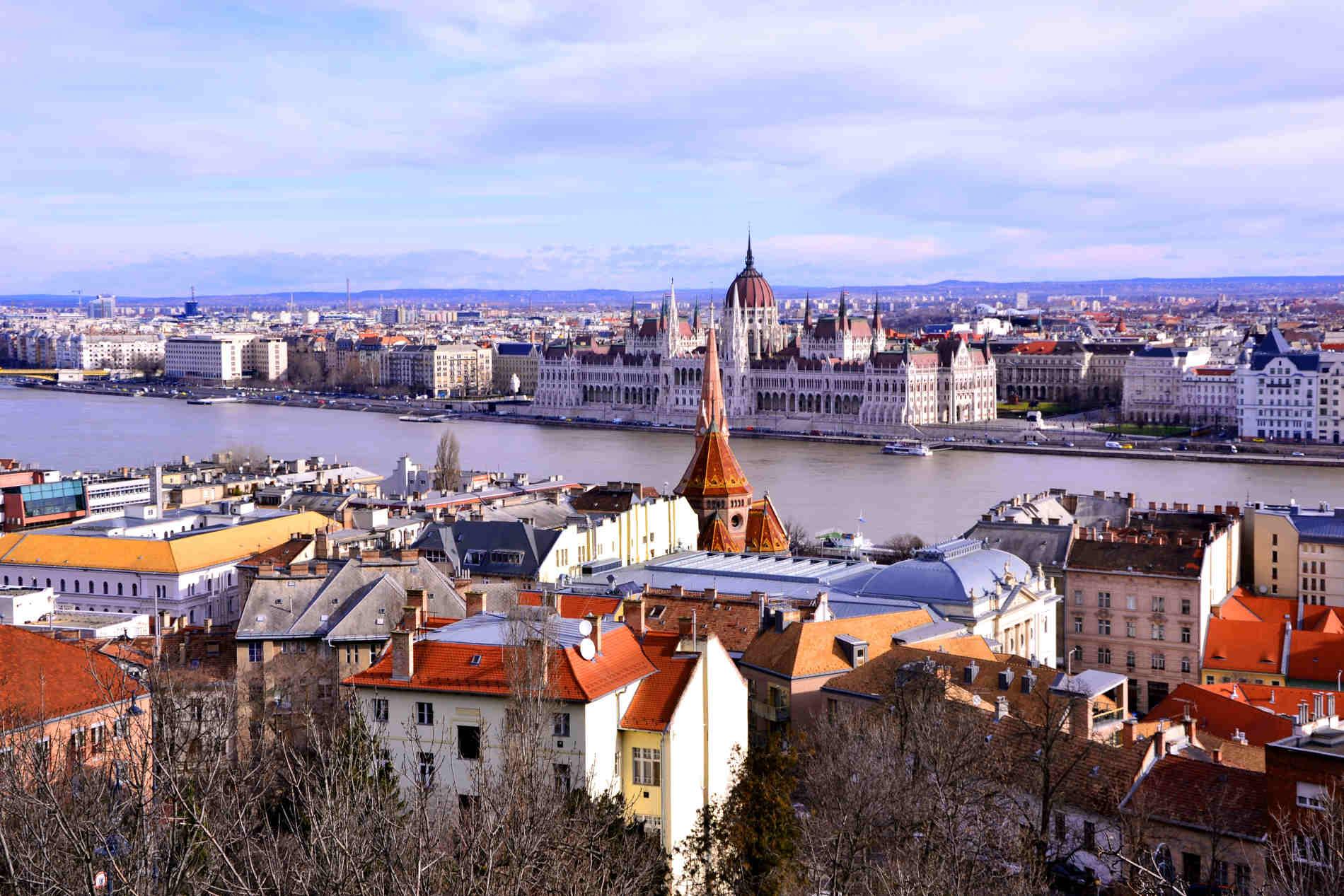 Panorama sul Danubio e il Parlamento di Budapest capitale dell'Ungheria