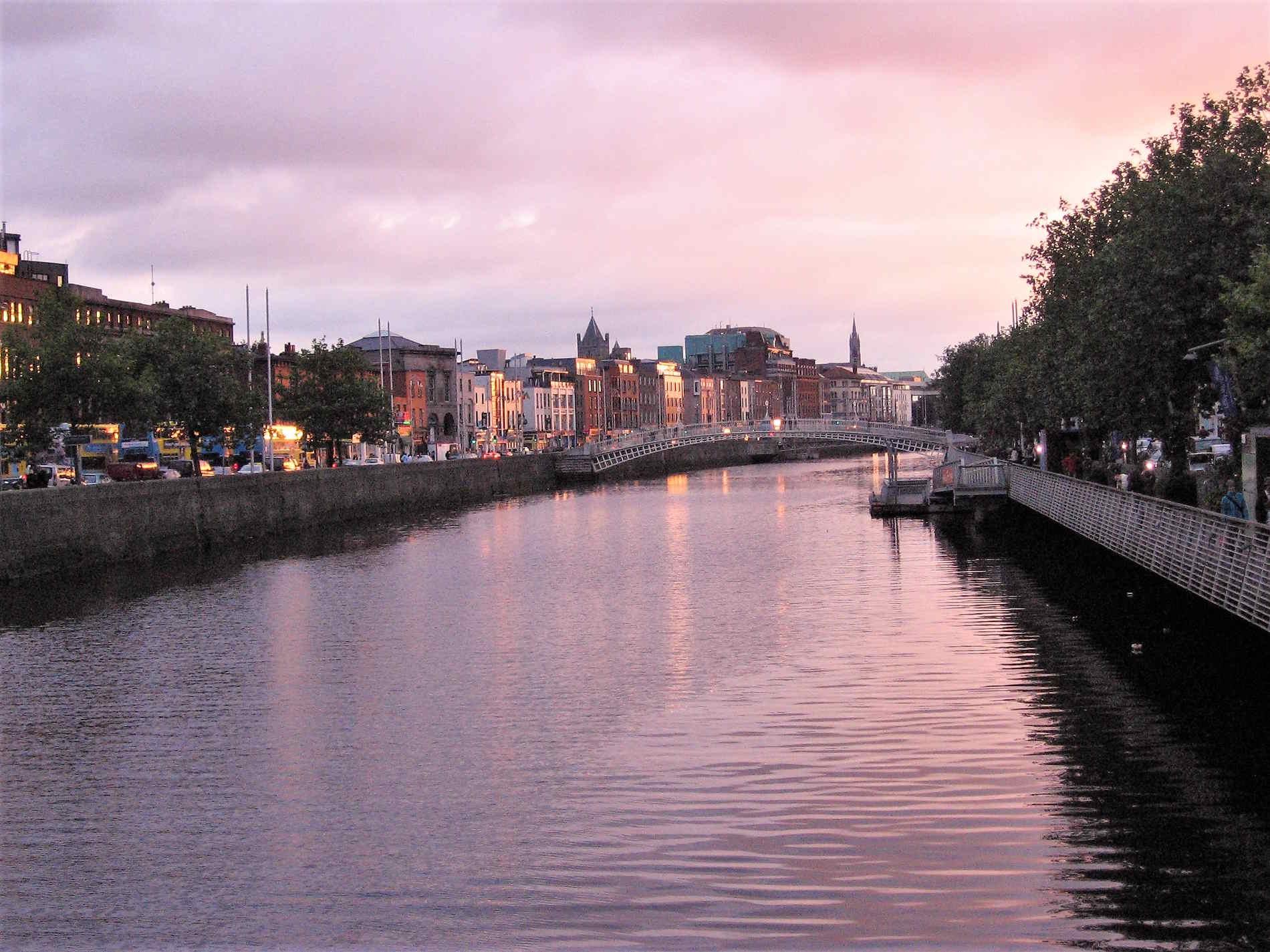 Tramonto sul Fiume Liffey a Dublino capitale di Irlanda Ruropa