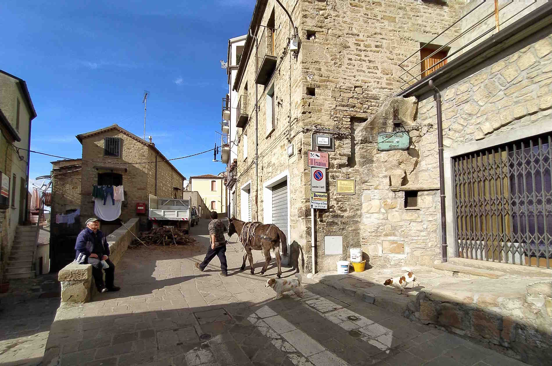 Scorci di vita nelle Dolomiti Lucane a Pietrapertosa Basilicata