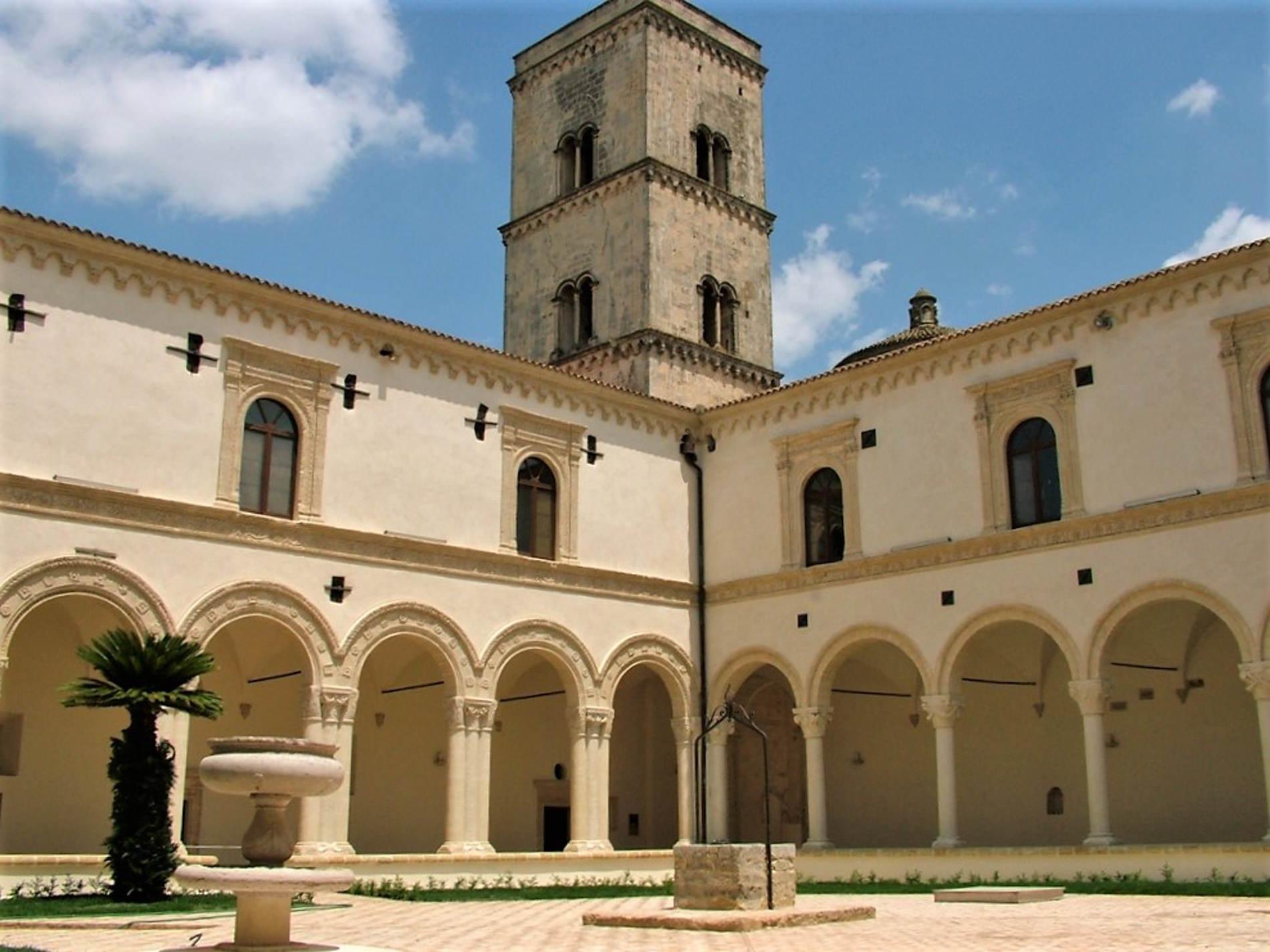 Montescaglioso: Il chiostro nell'Abbazia di San Michele Arcangelo - cosa vedere e visitare in Basilicata