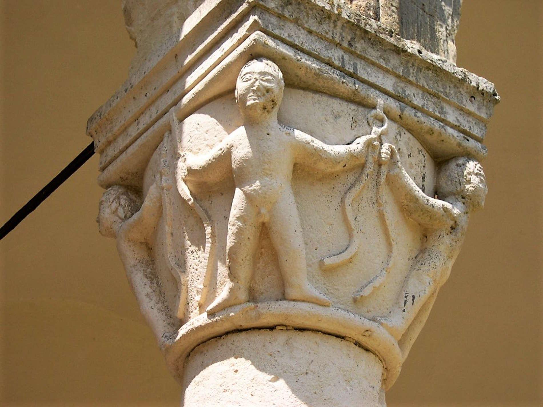 Splendido Capitello rinascimentale nell'Abbazia di San Michele Arcangelo nel borgo di Montescaglioso in Basilicata