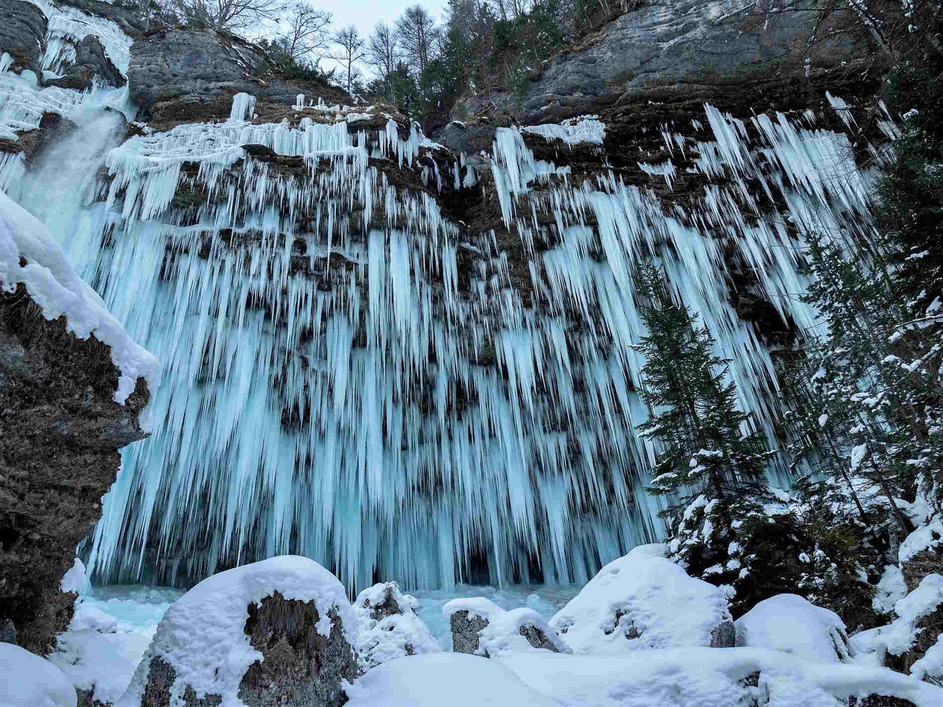 Cose da vedere in Slovenia in inverno le cascate ghiacciate di Slap Pericnick