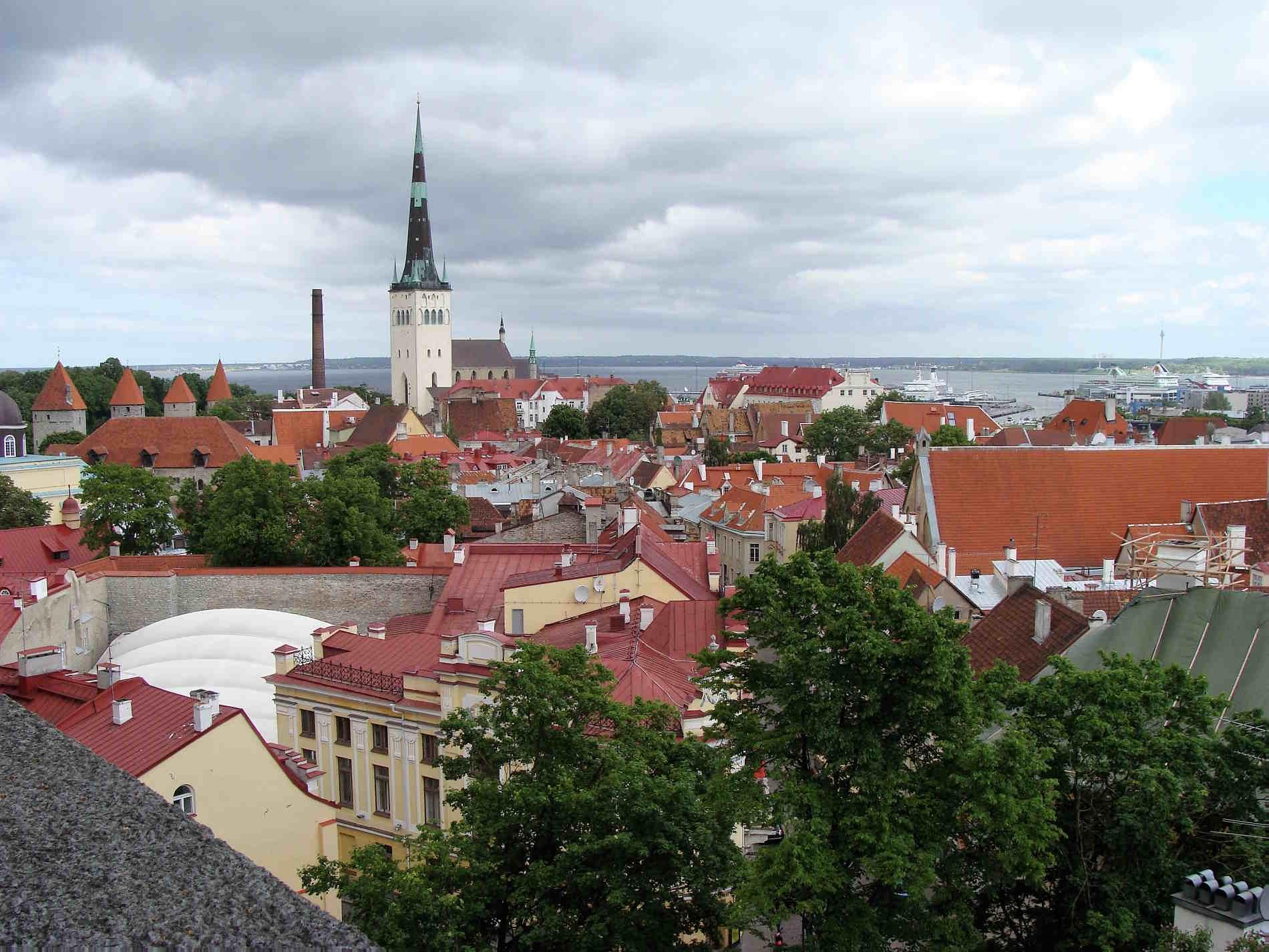 Viaggio fra le capitali da visitare in Europa Panorama sui tetti di Tallinn in Estonia Europa