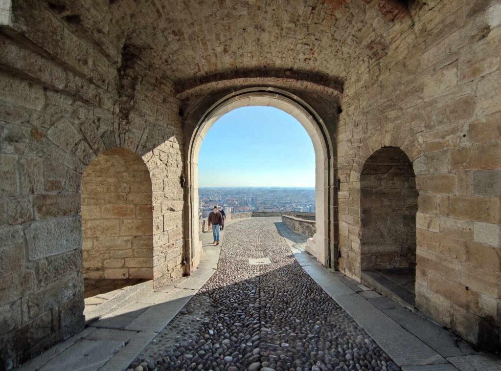 cose da vedere sulle mura di Città Alta il panorama su Bergamo Bassa da Porta San Giacomo
