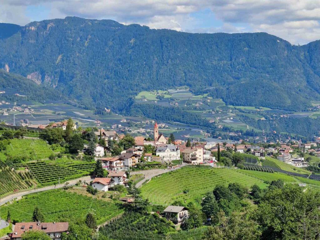 Panorama sul Paese di Tirolo dal Il Camminamento di ronda di Castel Tirolo