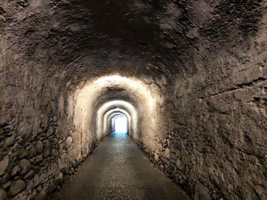 Cosa vedere e fare a Castel Tirolo e dintorni attraversare Köstengraben il tunnel scavato nella roccia fra Tirolo e Castel Tirolo