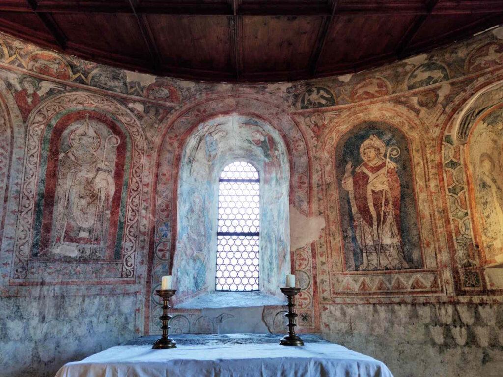 Cosa vedere a Castel Tirolo - La cappella inferiore dedicata a San Pancrazio - Altare