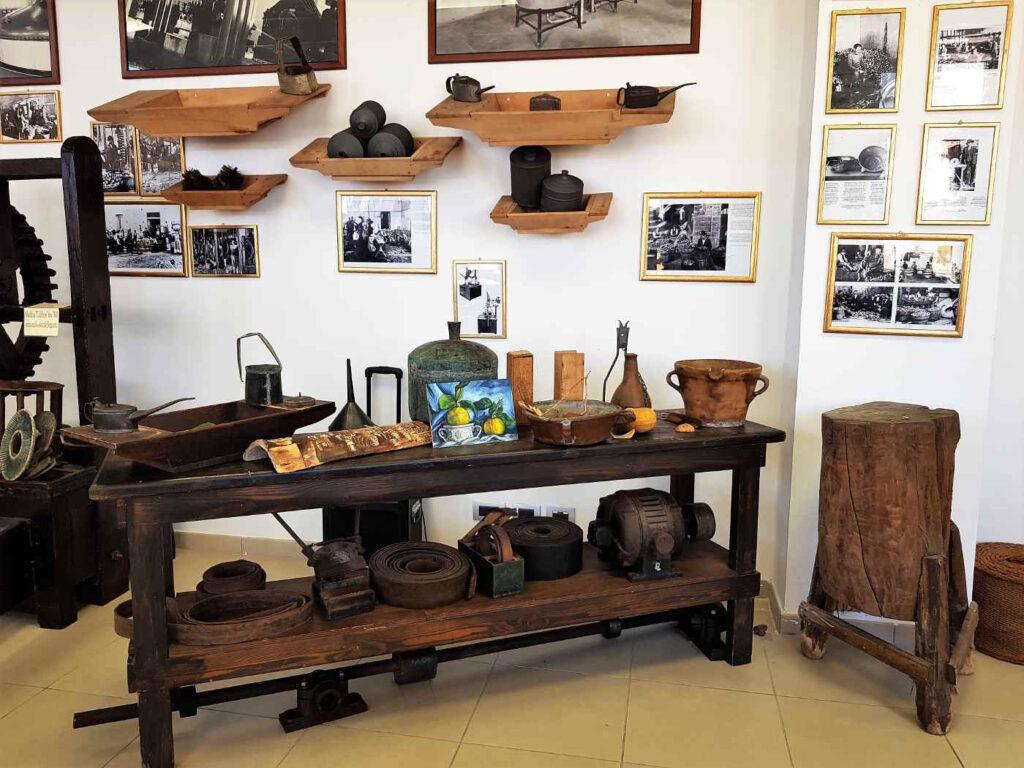 Antichi Strumenti e mestieri collegati all'estrazione dell'essenza di Bergamotto al museo dedicato a Reggio Calabria