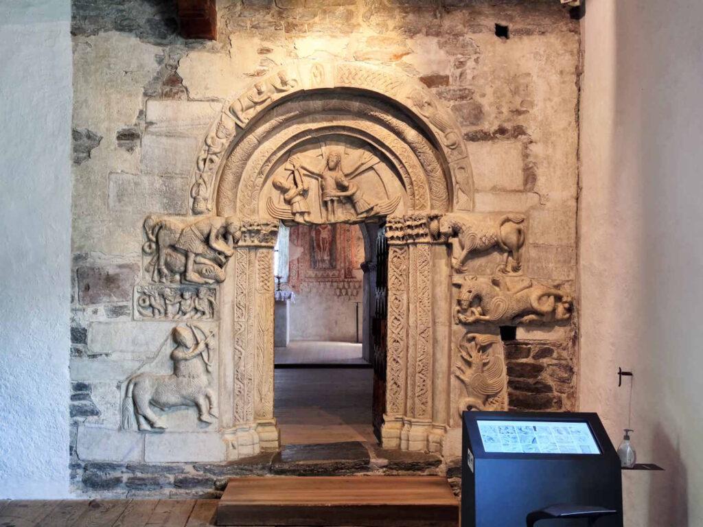 Cosa vedere a Castel Tirolo - Artistico Portale nella Sala dei Cavalieri