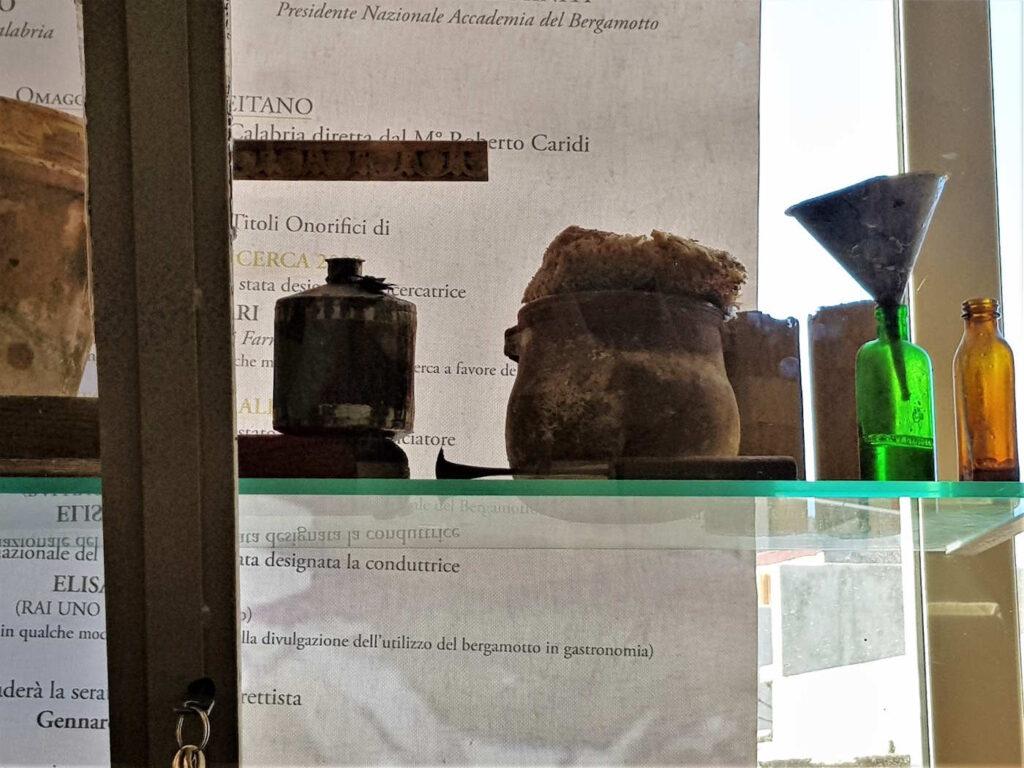 Vetrine da ammirare nel visitare il Museo del Bergamotto A Reggio Calabria